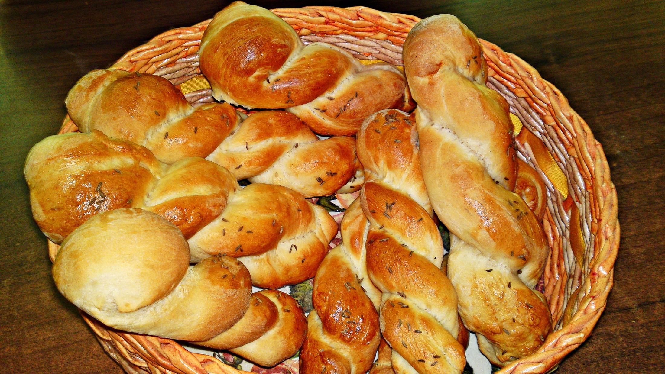 Recept Veľkonočné slané krútené pečivo - Vychladlé pečivo vložíme do košíku.