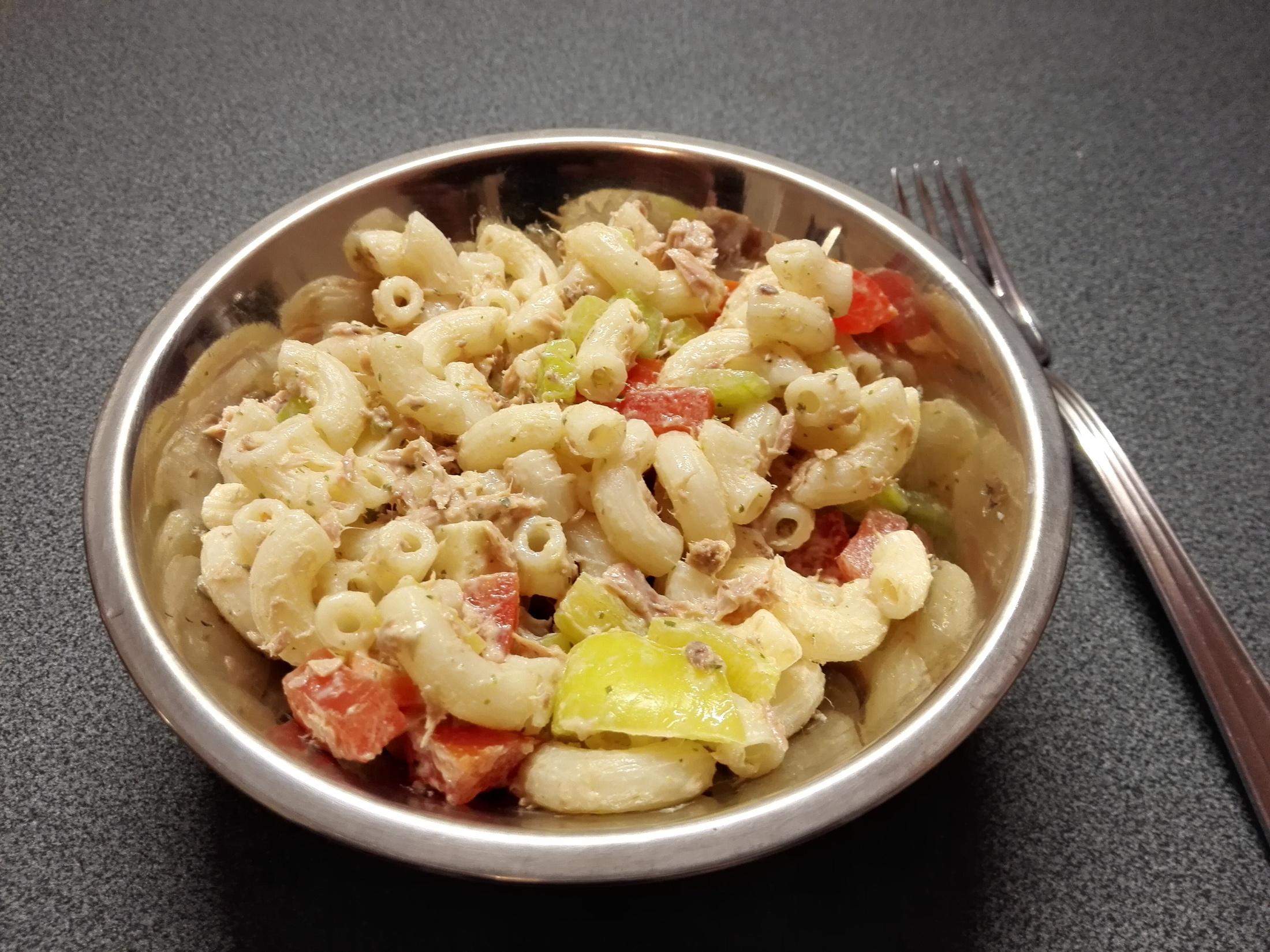Těstovinový salát se zeleninou a zálivkou