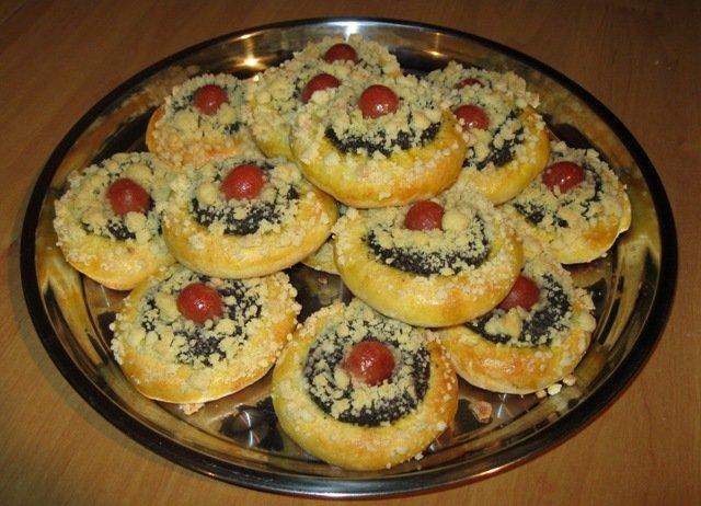 Recept Moravské kynuté koláče - Moravské kynuté koláče - vyšlo mi 28 kusů makových a ořechových na 2 plechy.