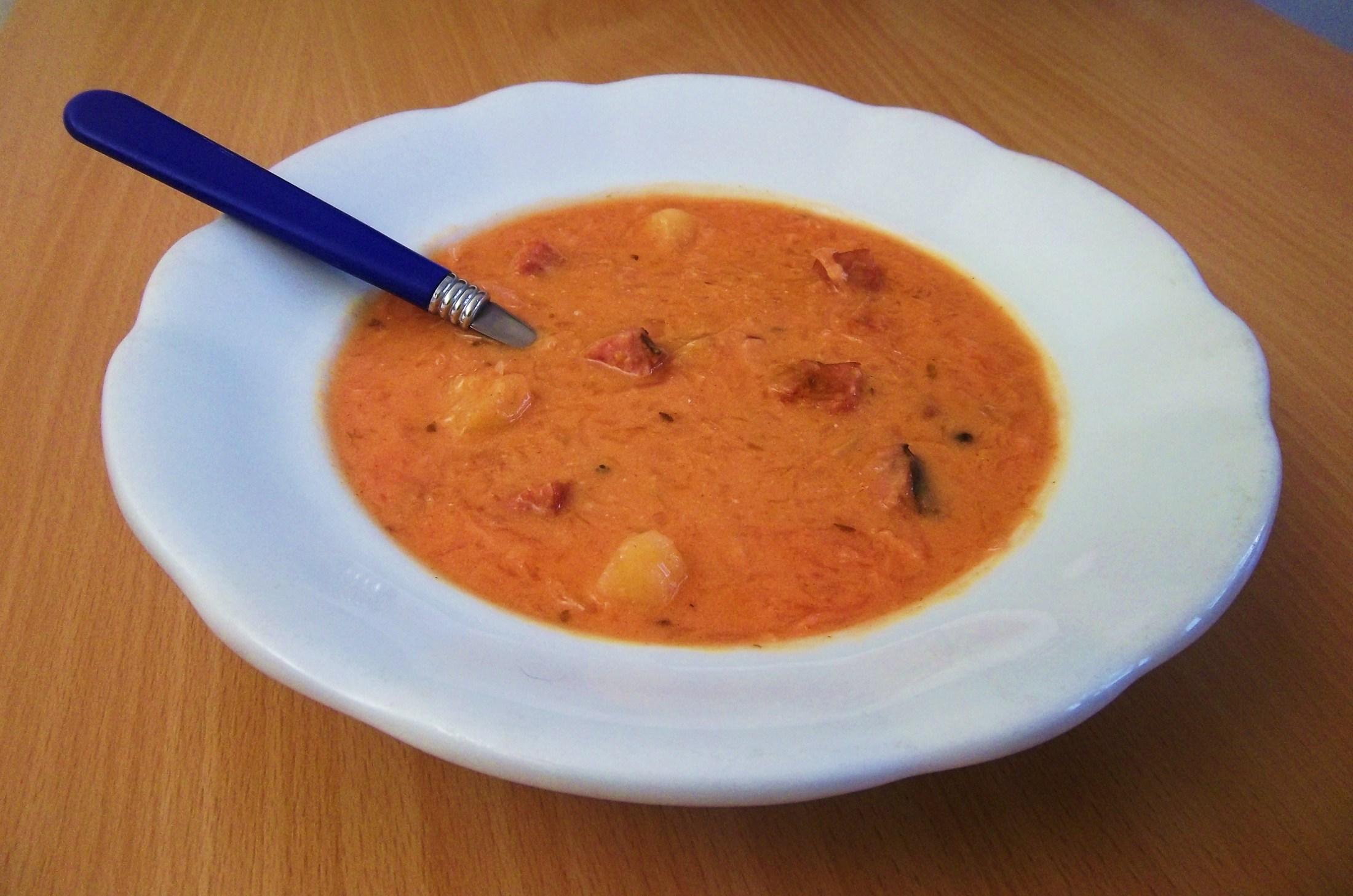 Recept Zelňačka s klobásou - Zelňačka dochucená lákem z červené řepy.