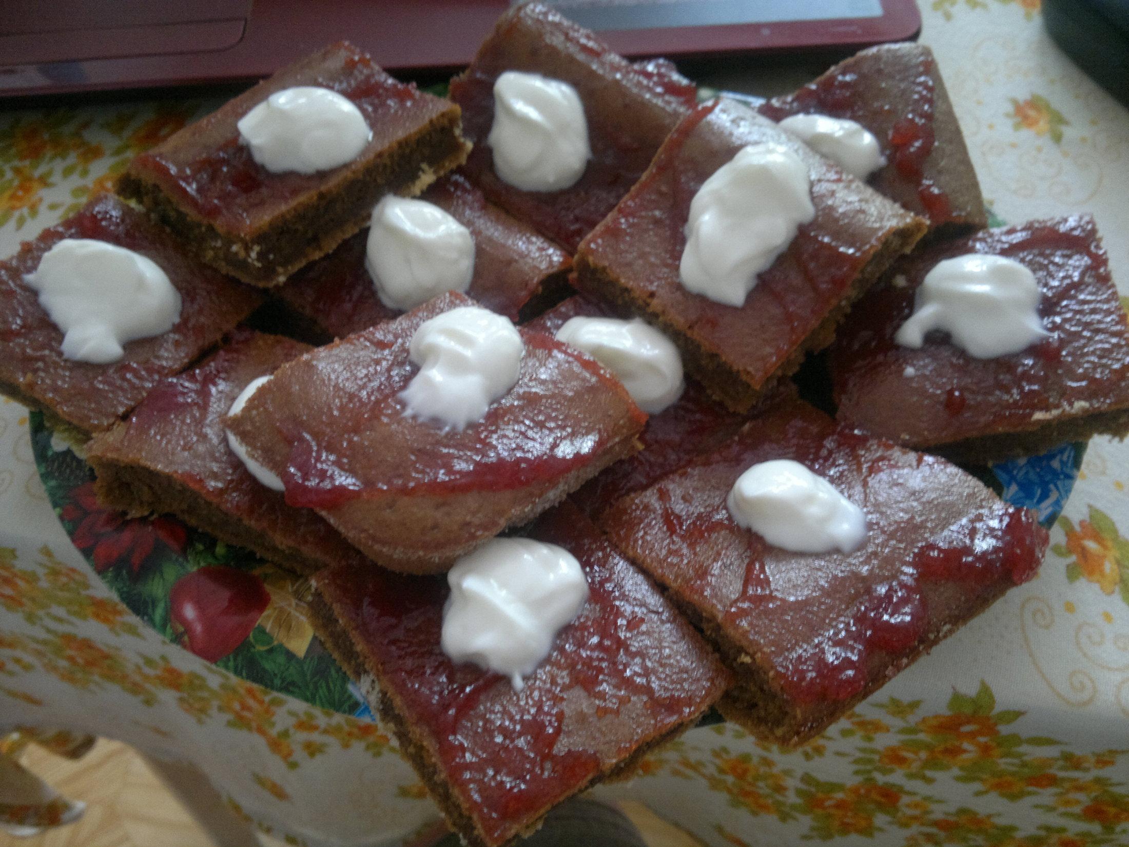Recept Domácí perník - Naporcovaný perníček - rozpustná káva, marmeláda a tvaroh....