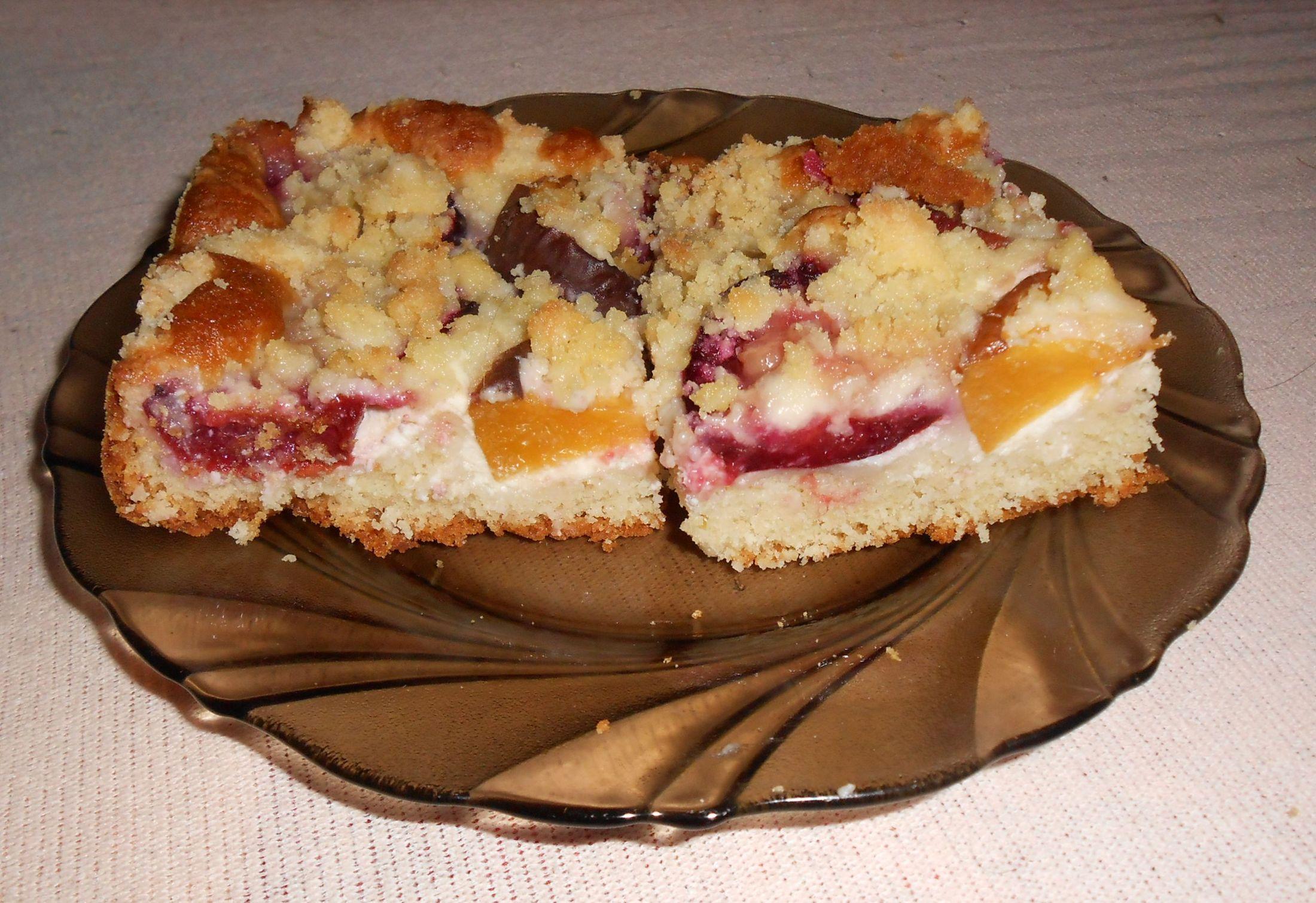 Recept Snadný meruňkový koláč - Tentokrát jsem dala místo meruňek švestky a broskve. Výsledek byl ještě lepší než minule.