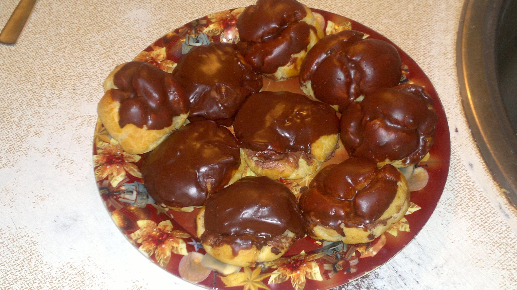 Recept Věnečky z odpalovaného těsta - Věnečky plněné krémem a namáčené v čokoládě....