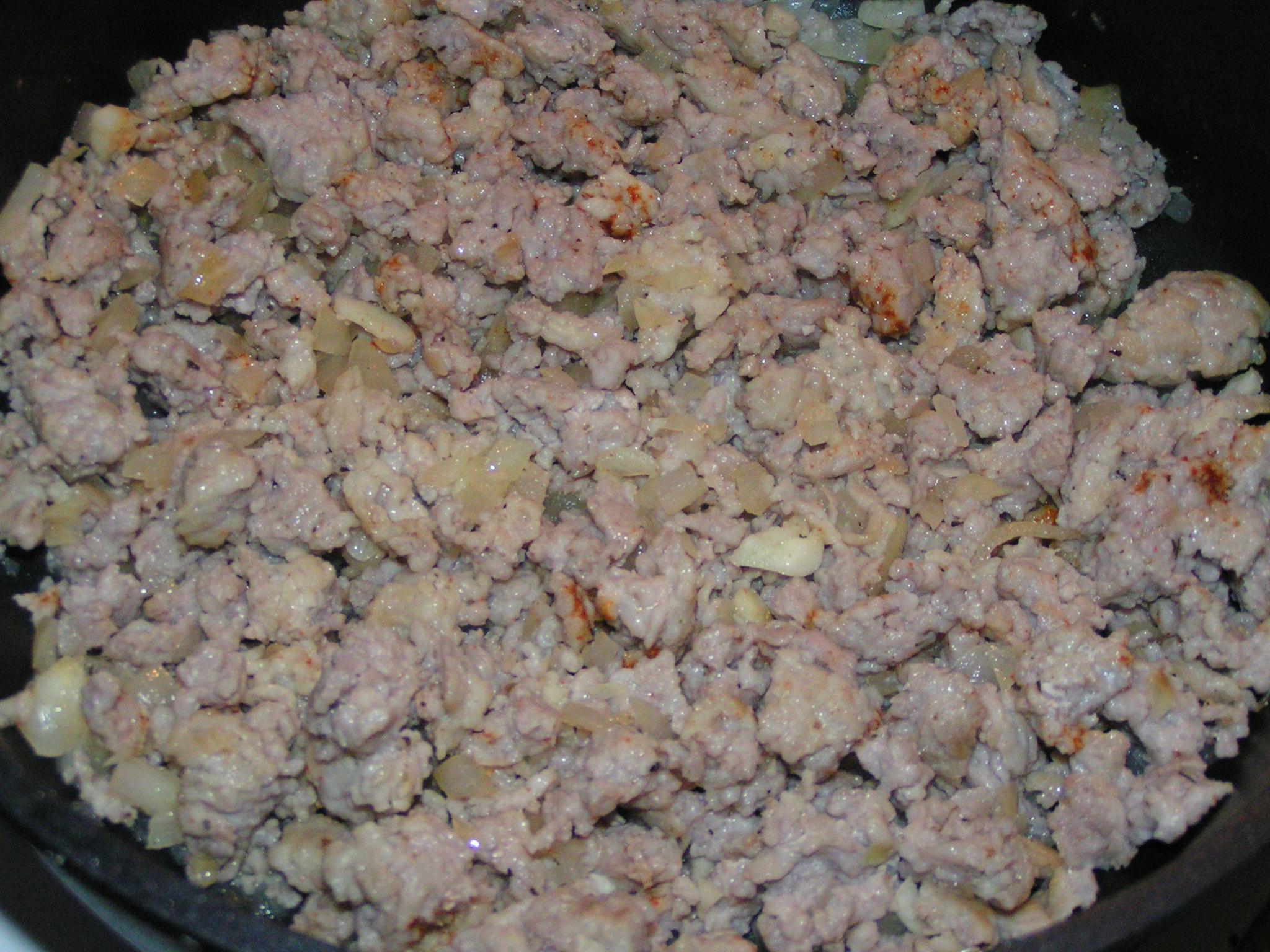 Recept Omáčka na špagety z mletého masa - Již orestované mleté maso s cibulkou.