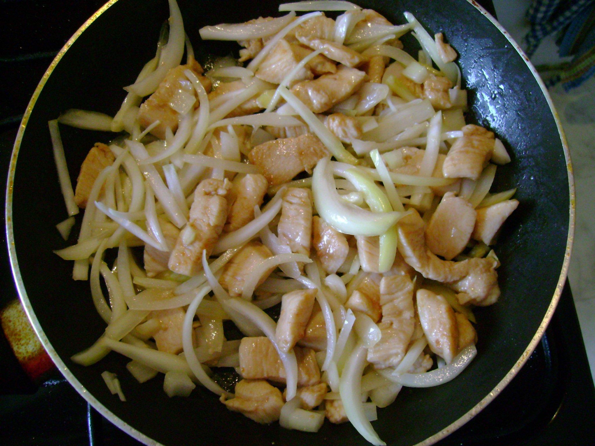 Recept Krakonošův oheň - Přidáme cibuli.