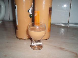 Recept Domácí baileys - Likér jsem nalila do flašek a dala do komory, nechat trochu ztuhnout a uležet.