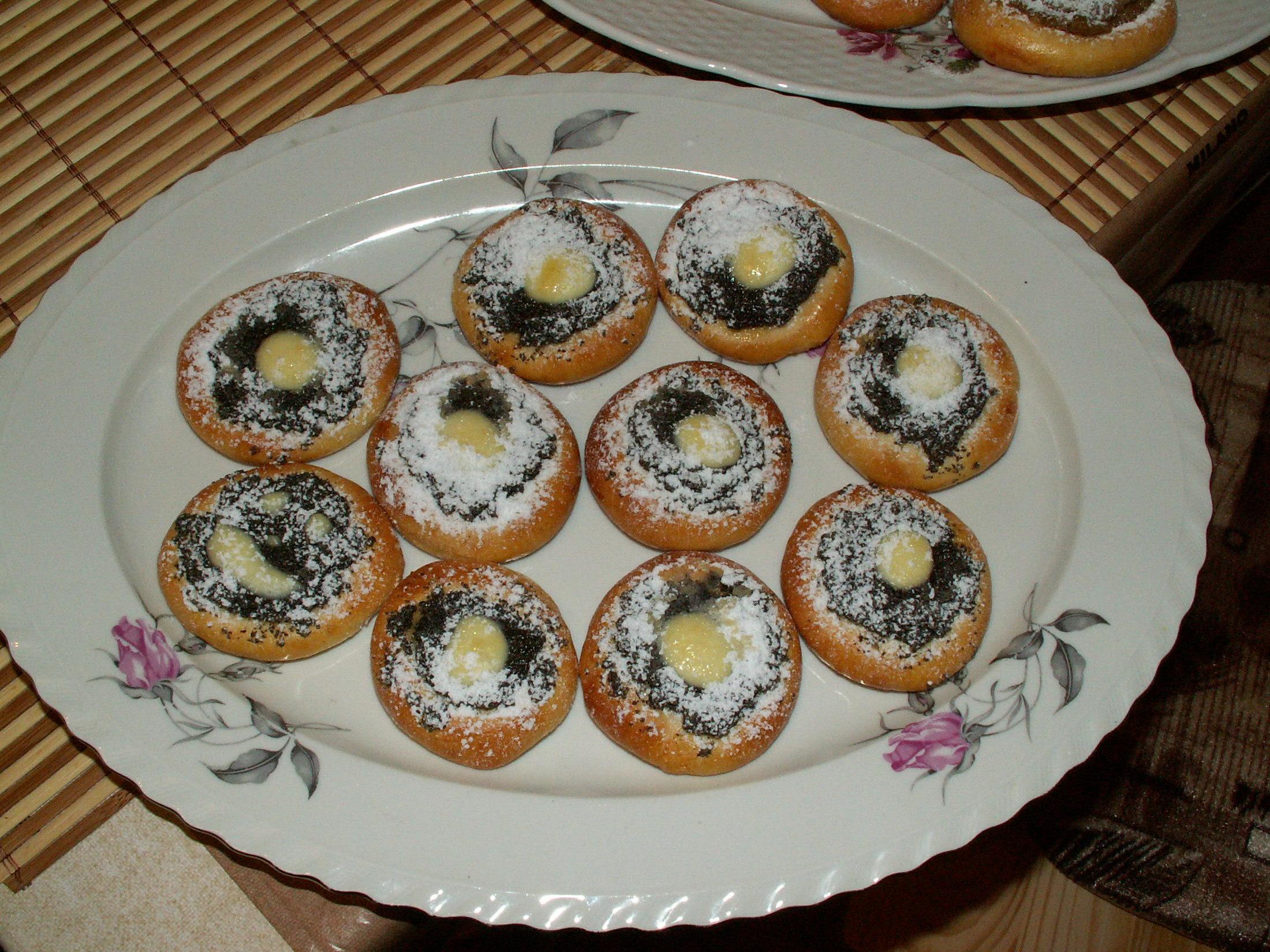 Recept Pouťové koláče - Koláčky jsem vyzkoušela, ale místo drobenky jsem je posypala moučkovým cukrem. Varianta maková.