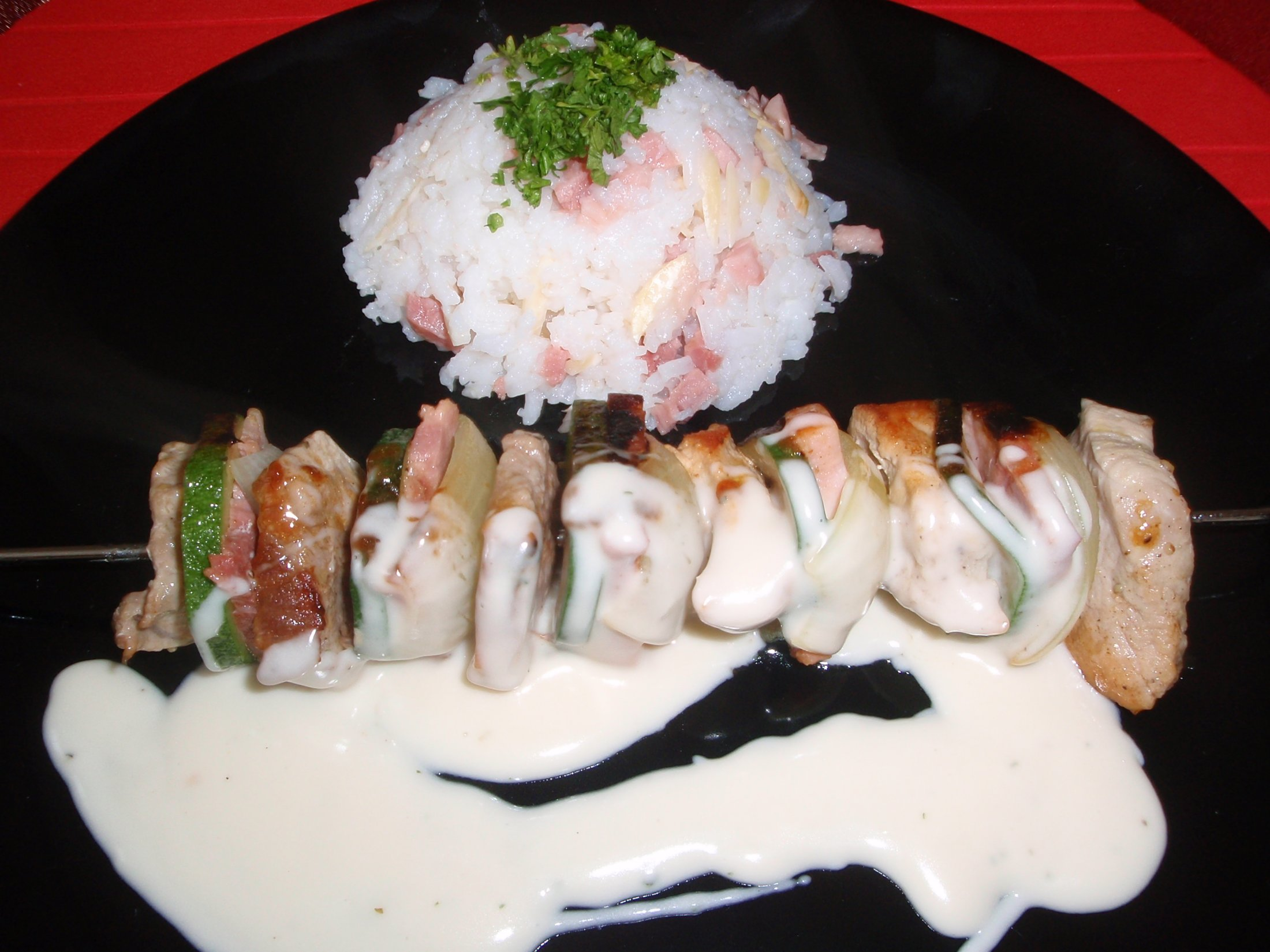 Vepřové špízy s mandlovou rýží