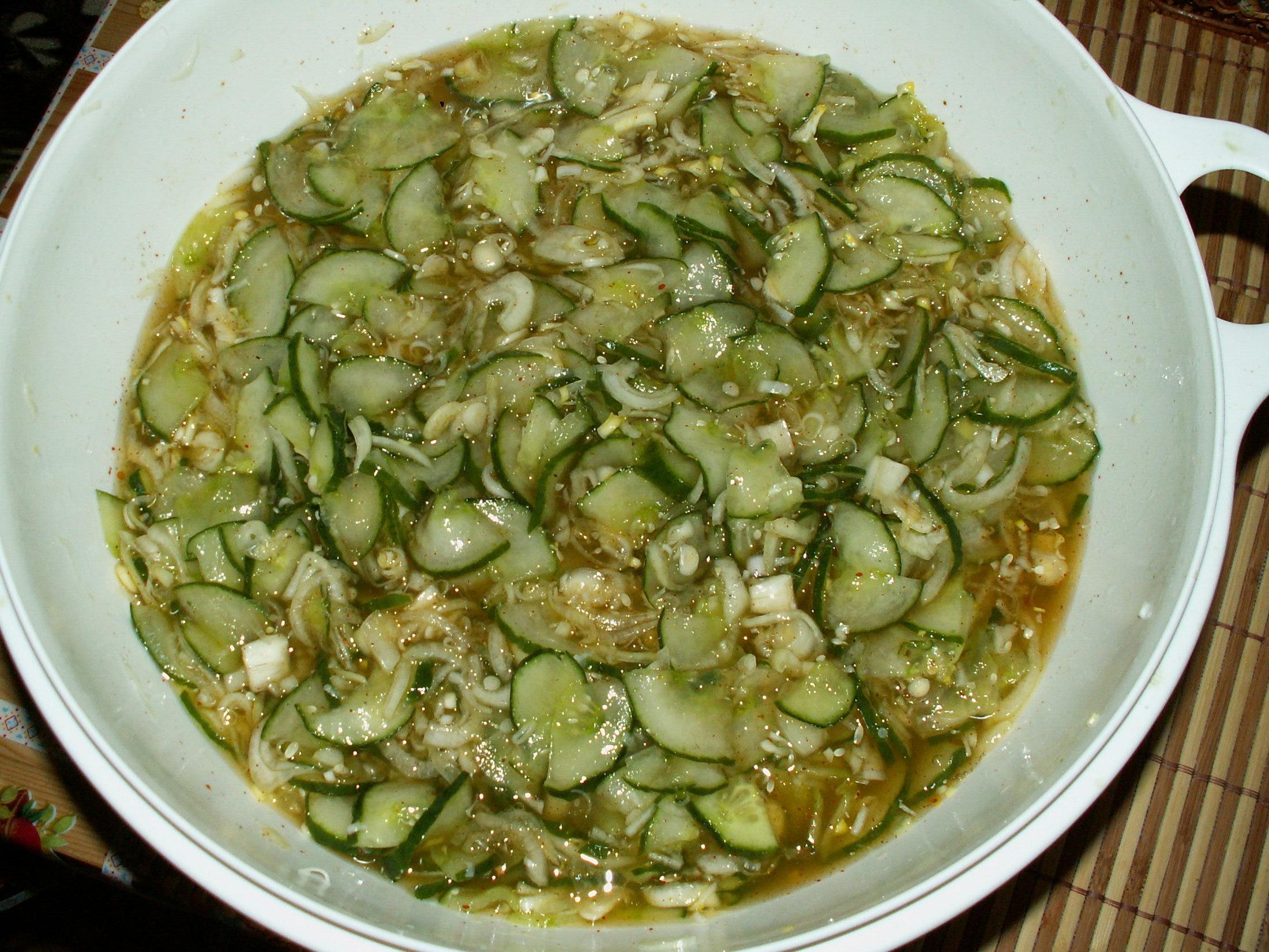 Kari okurkový salát