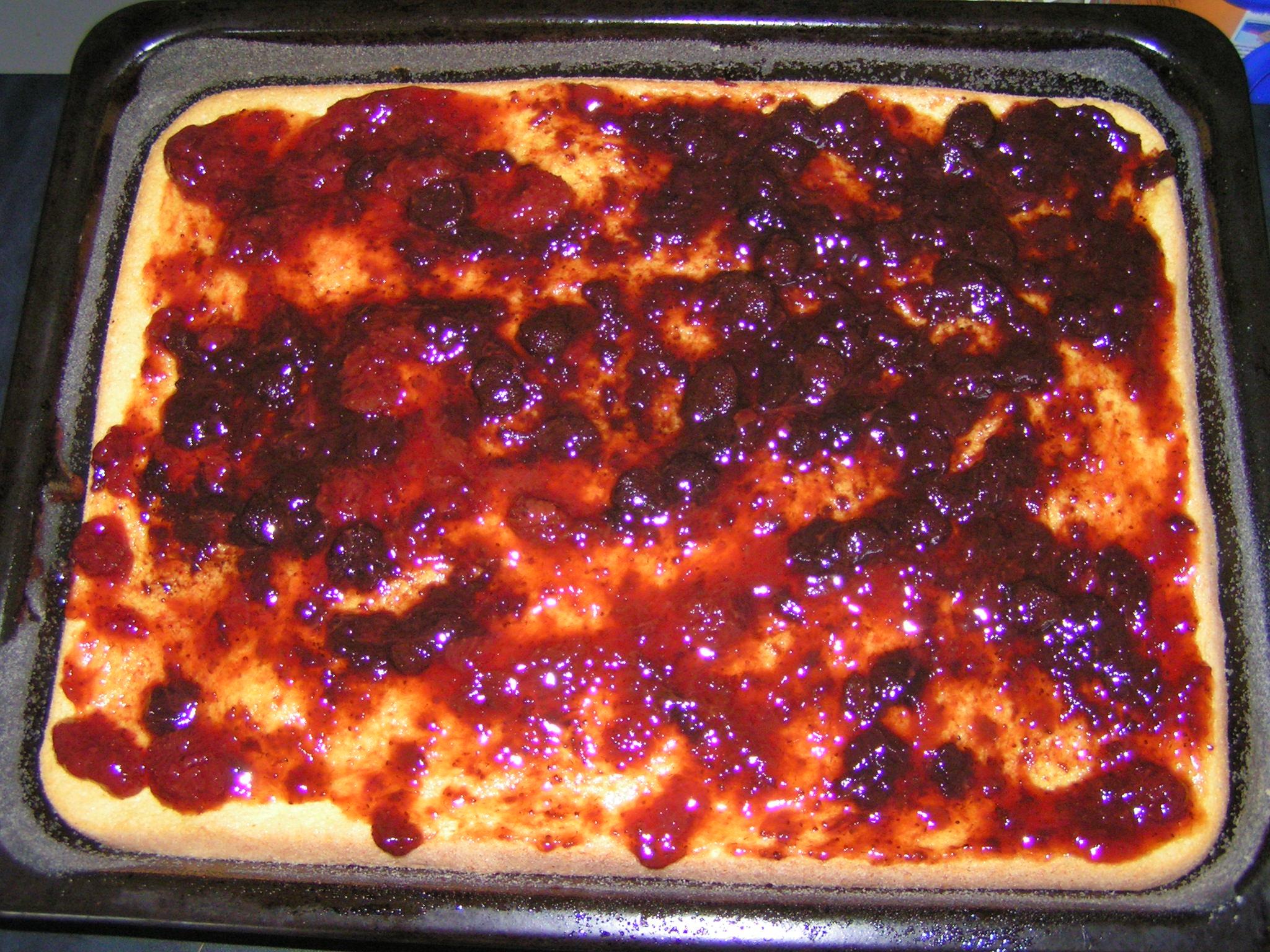 Recept Roláda s marmeládou - Již upečená roláda potřená marmeládou.