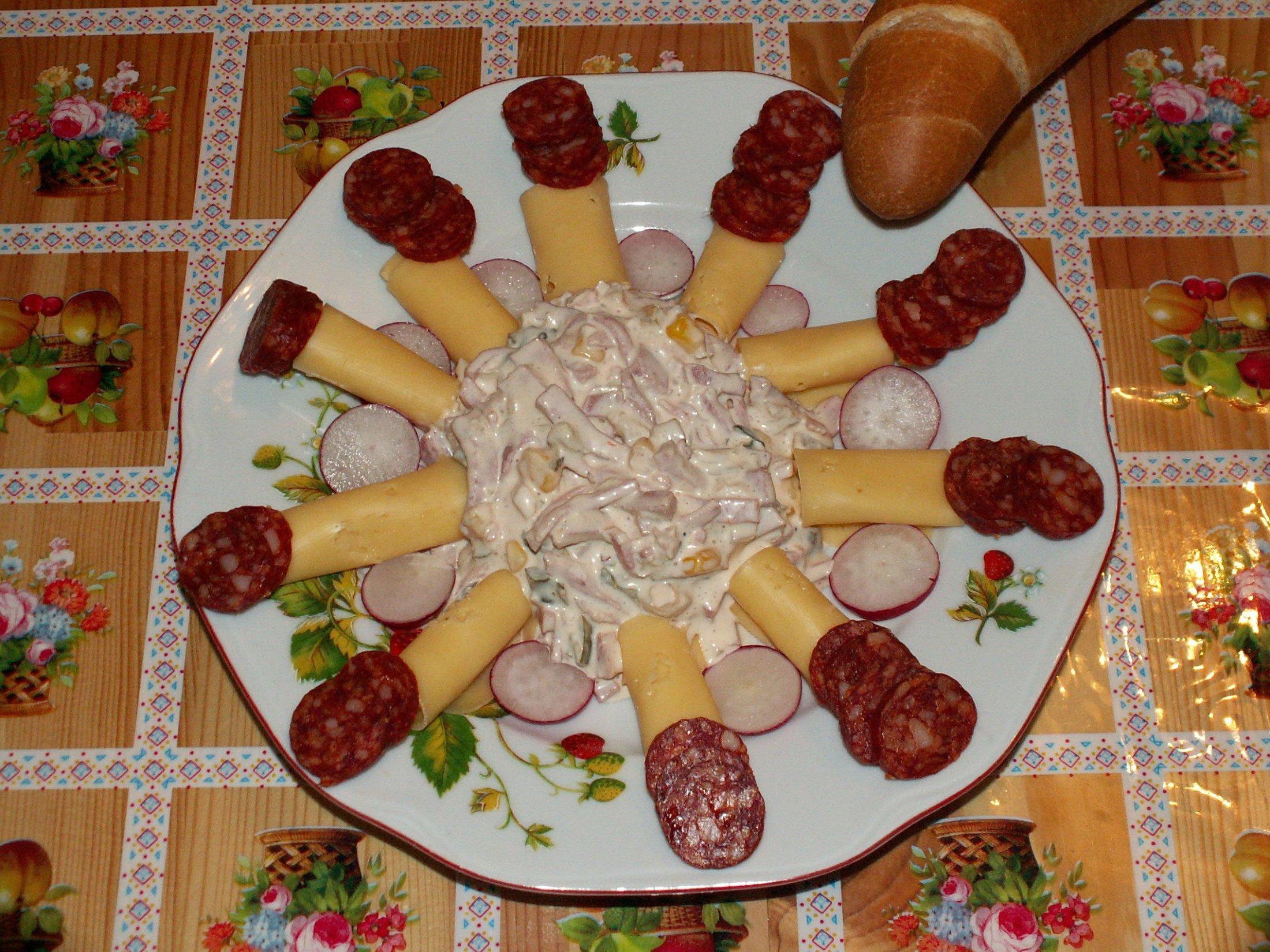 Recept Domácí vlašský salát - Salát s kukuřicí místo hrášku s oblohou a rohlíkem.