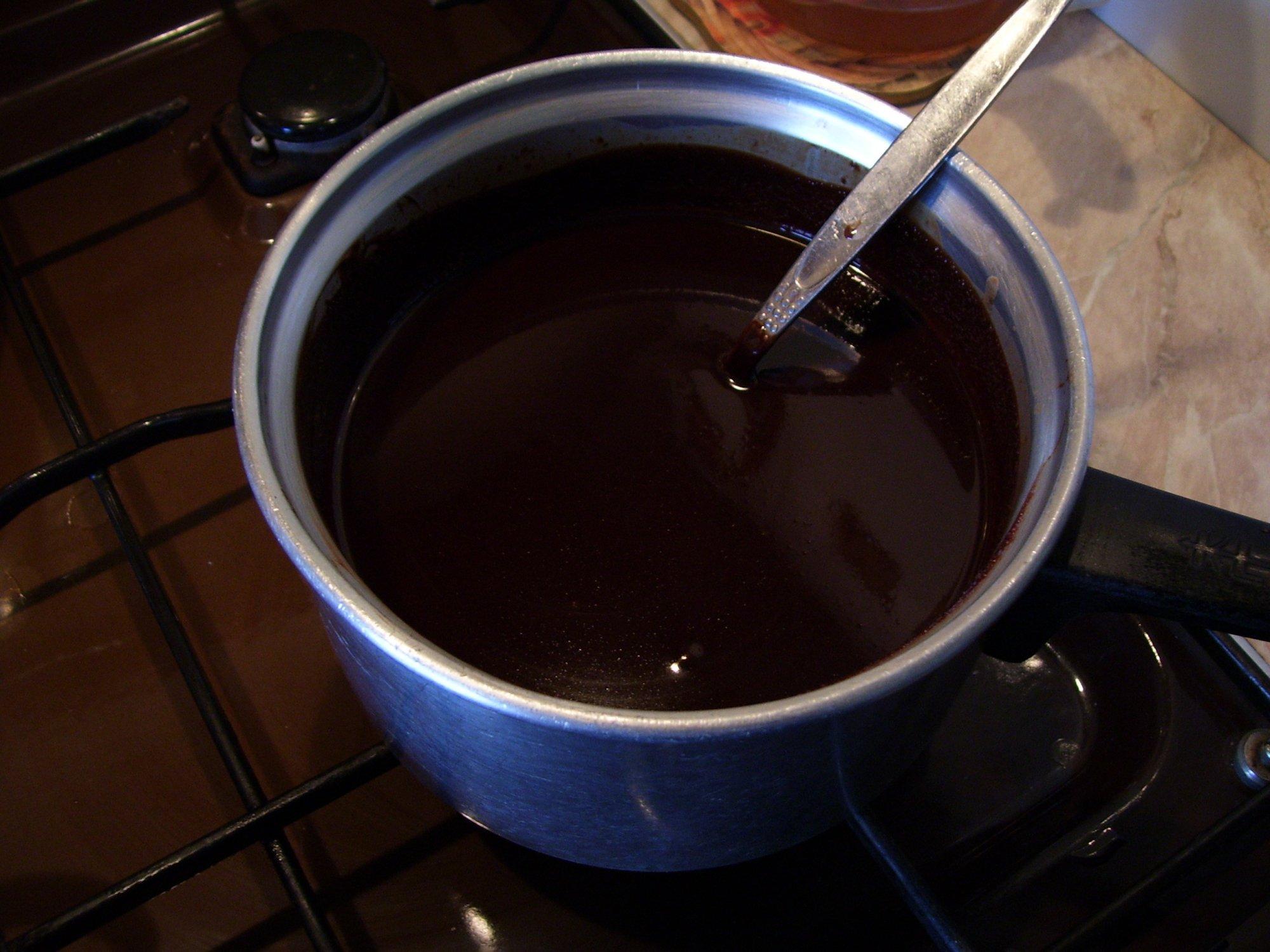 Recept Rychlá čokoládová poleva - Zhoustlá a ztmavlá poleva po zamíchání horké vody.