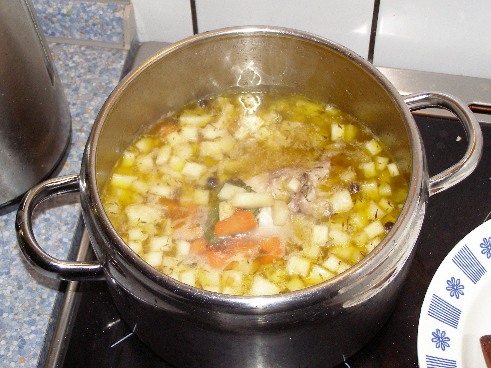 Recept Svíčková z králíka - Zeleninu s masem vaříme.