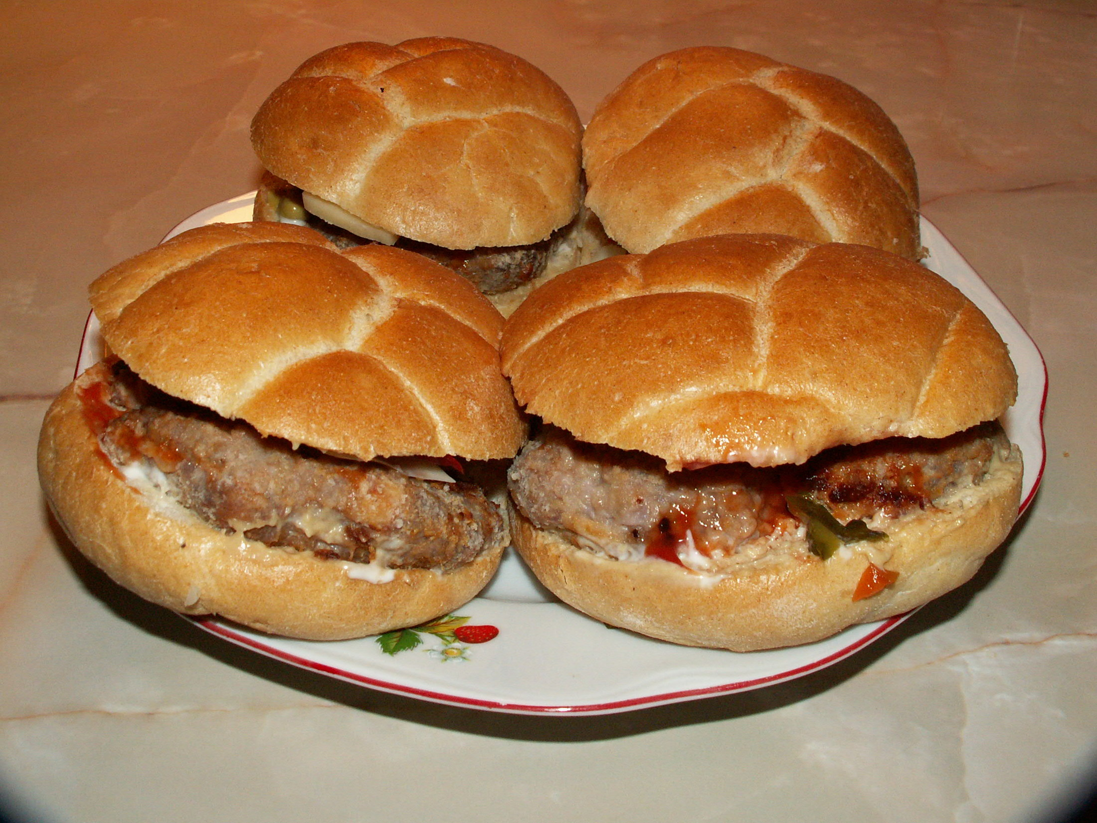 Recept Domácí hamburgery - Dávám je ještě zapéct na chvíli do trouby.