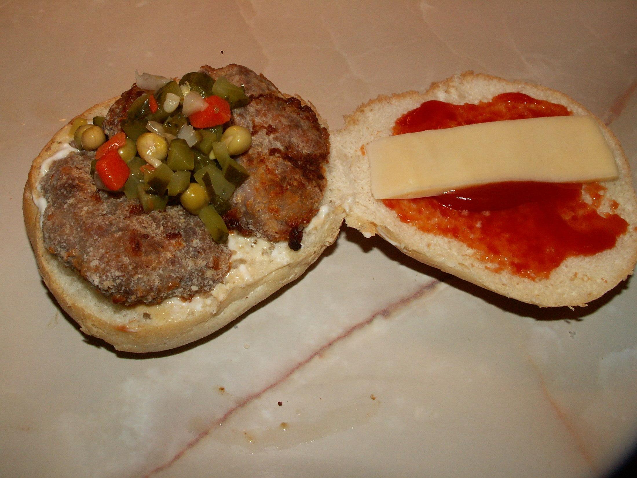 Recept Domácí hamburgery - Plnila jsem housky.