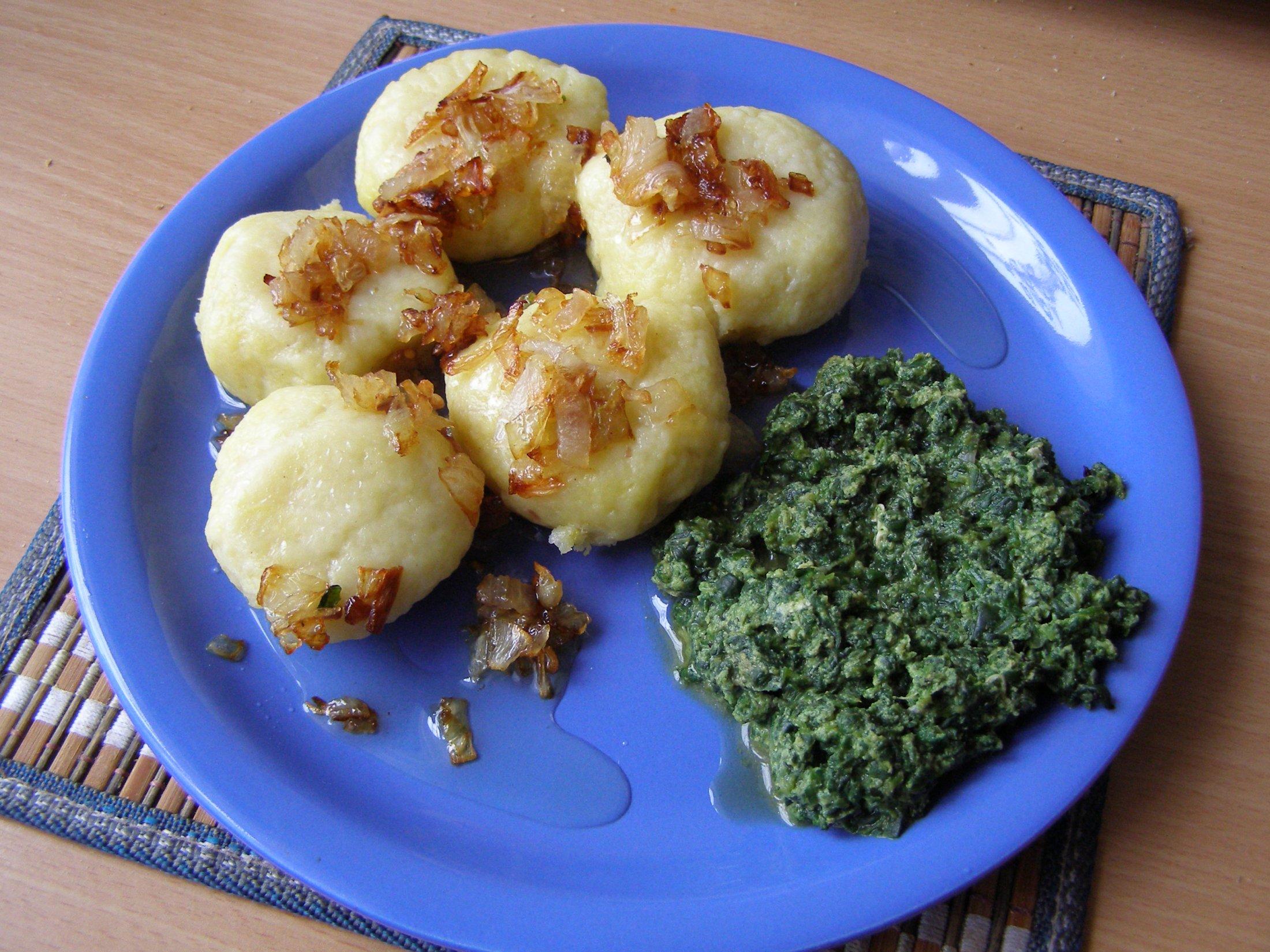 Recept Plněné bramborové knedlíky - A k tomu je dobrý taky špenát ne jenom zelí.