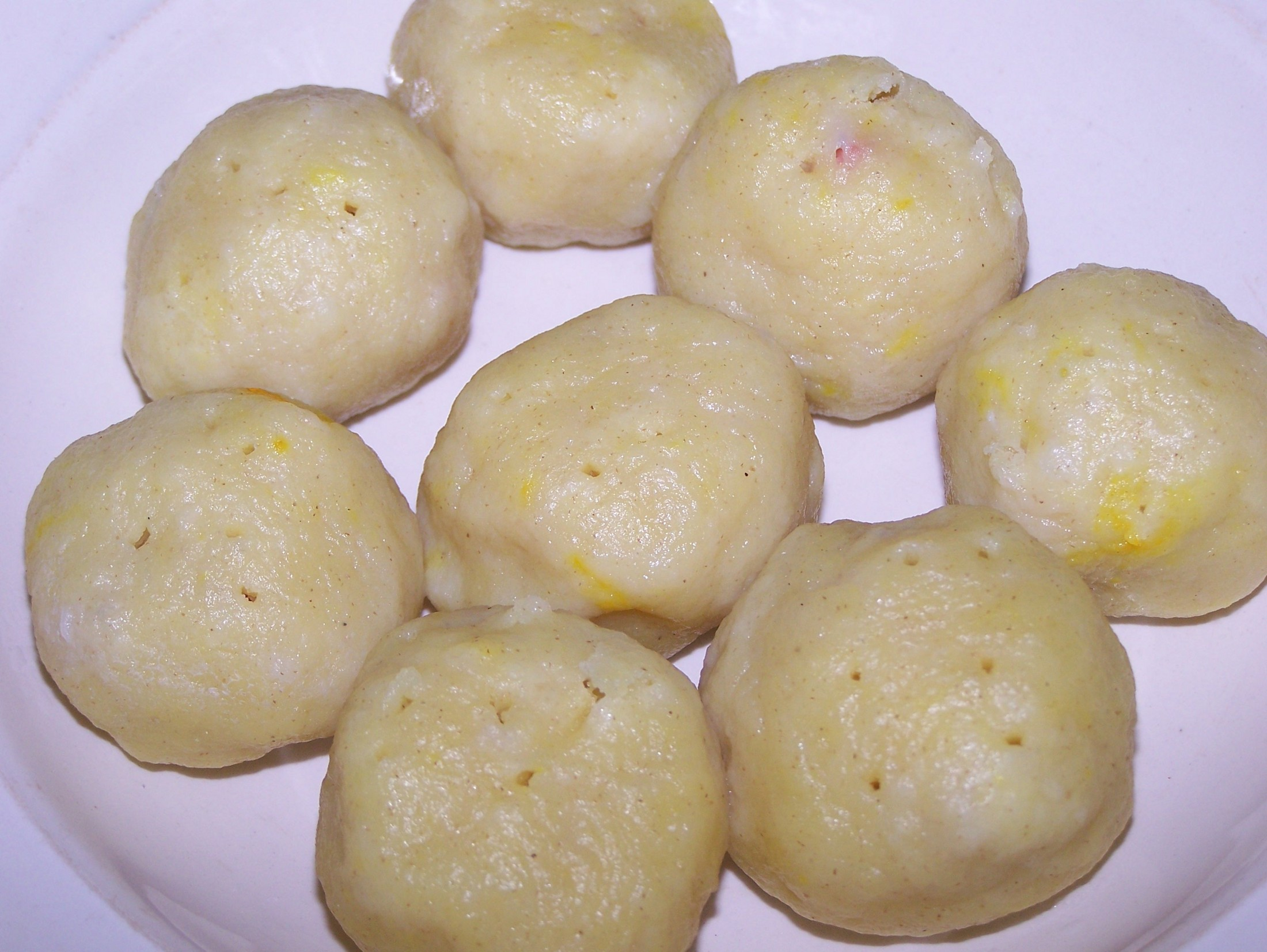 Recept Plněné bramborové knedlíky - Plněné salámem, čerstvě uvařené.