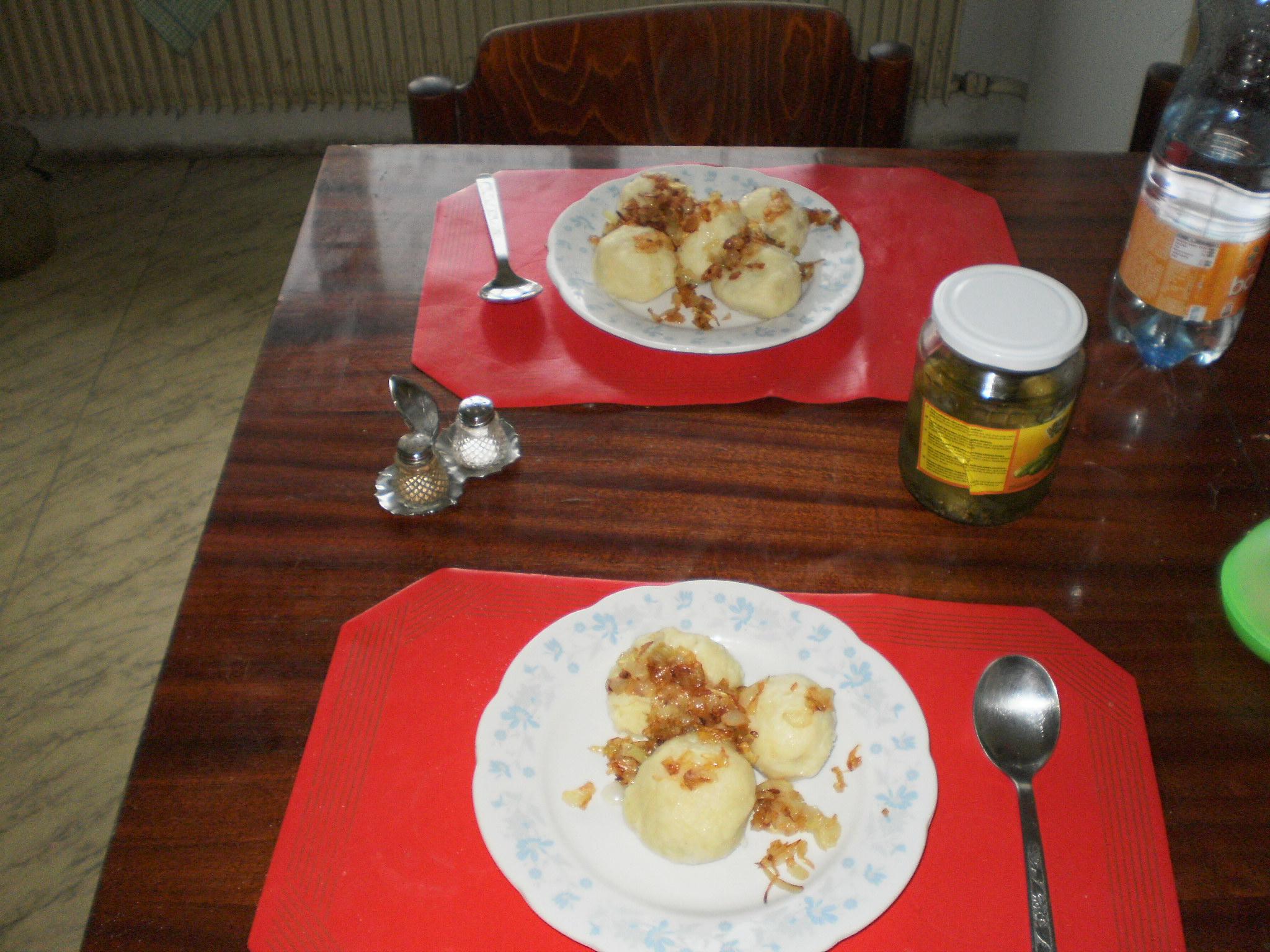 Recept Plněné bramborové knedlíky - Knedlíky jsem posypala smaženou cibulkou a k tomu jsem přiložila okurky.