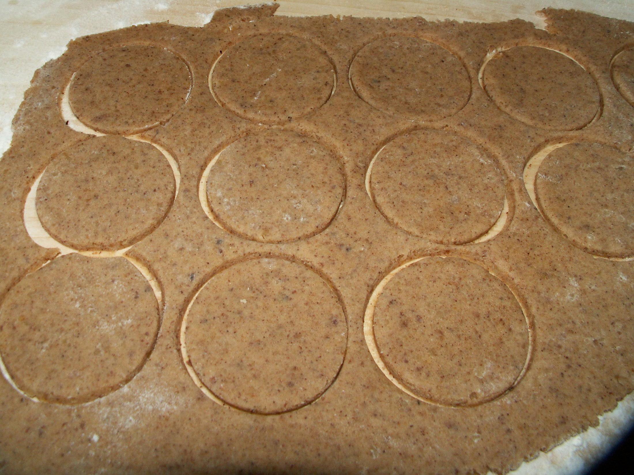Recept Košíčky s ořechovou náplní - Vykrajím si kolečka, která vkládám do formiček, Odpadne náročné tlačení těsta do formiček.
