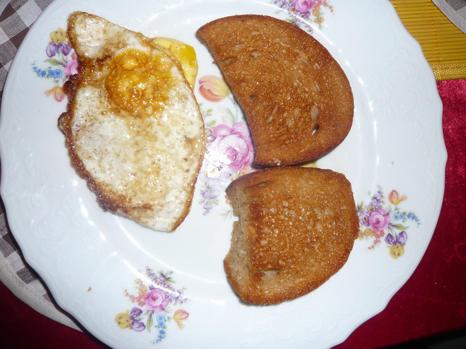Recept Volské oko - Volské oko na talíři s topinkou.