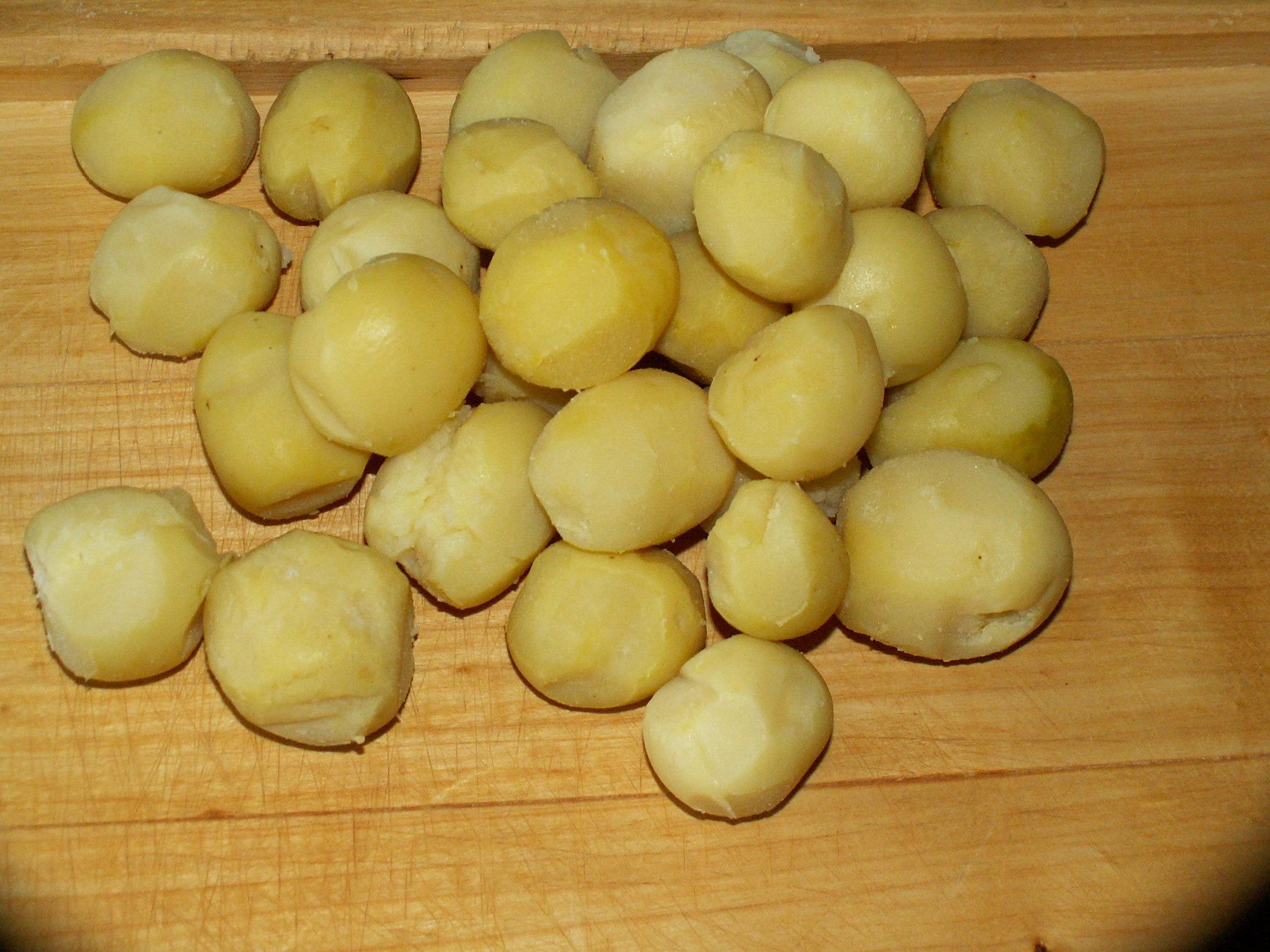 Recept Klasické bramborové knedlíky - Uvařené brambory jsem musel nechal vychladit. Teplé jak píše kuchařka nejdou vůbec strouhat.