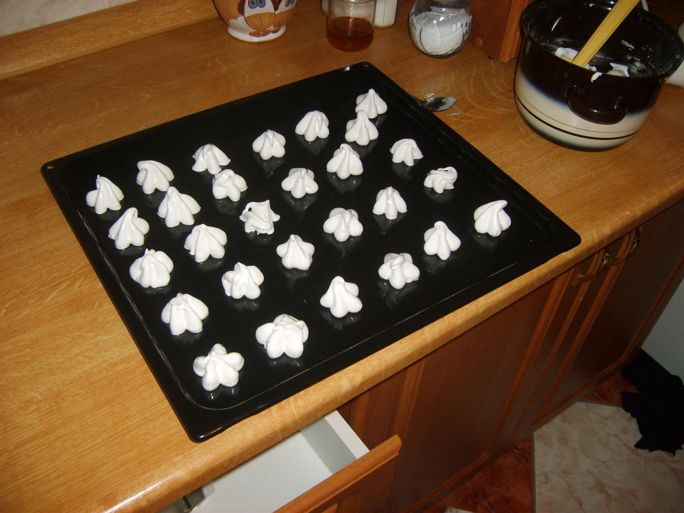 Recept Sněhové pusinky - Pusinky vytvarované na plechu a připravené k sušení.