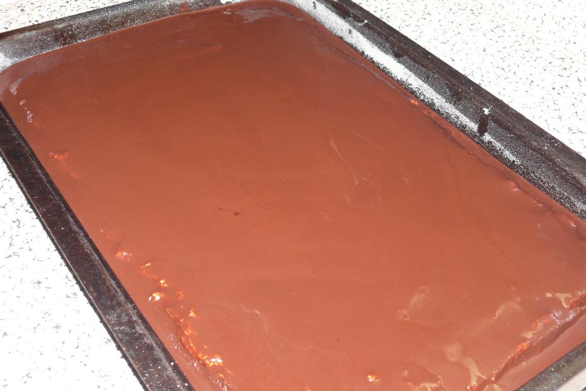 Recept Tvarohové řezy Míša - Piškot s tvarohem politý čokoládou. Je dobré si ještě než čokoláda ztuhne udělat nákresy čtverečků, jak je pak budeme krájet - cokoláda nepopraská.
