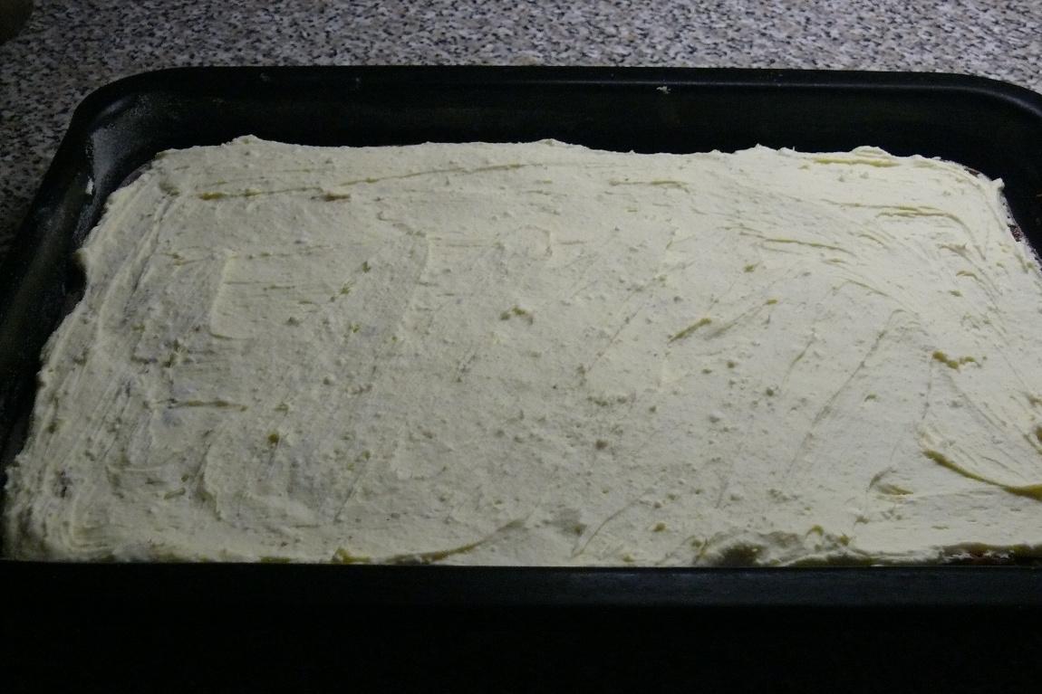 Recept Tvarohové řezy Míša - Piškot potřený tvarohovou směsí.
