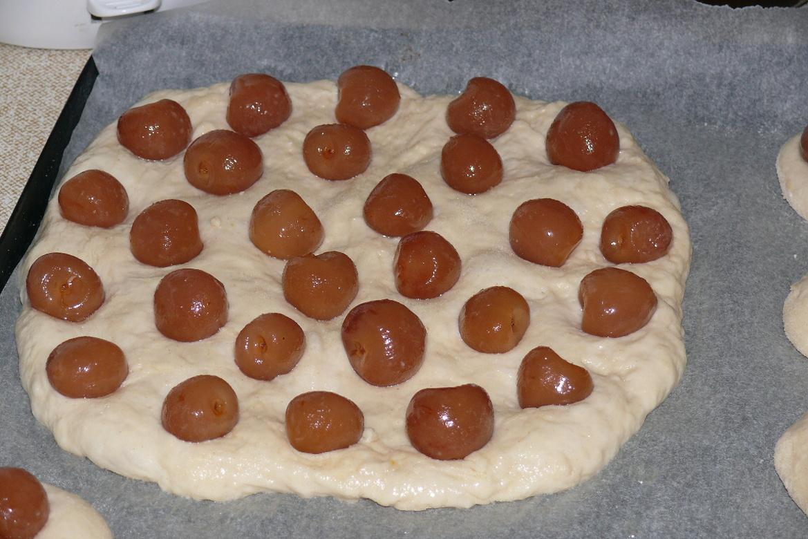 Recept Kynuté koláče naší babičky - Ze stejného těsta můžeme vytvarovat velké koláče a zdobit třeba kompotovanými třešněmi.