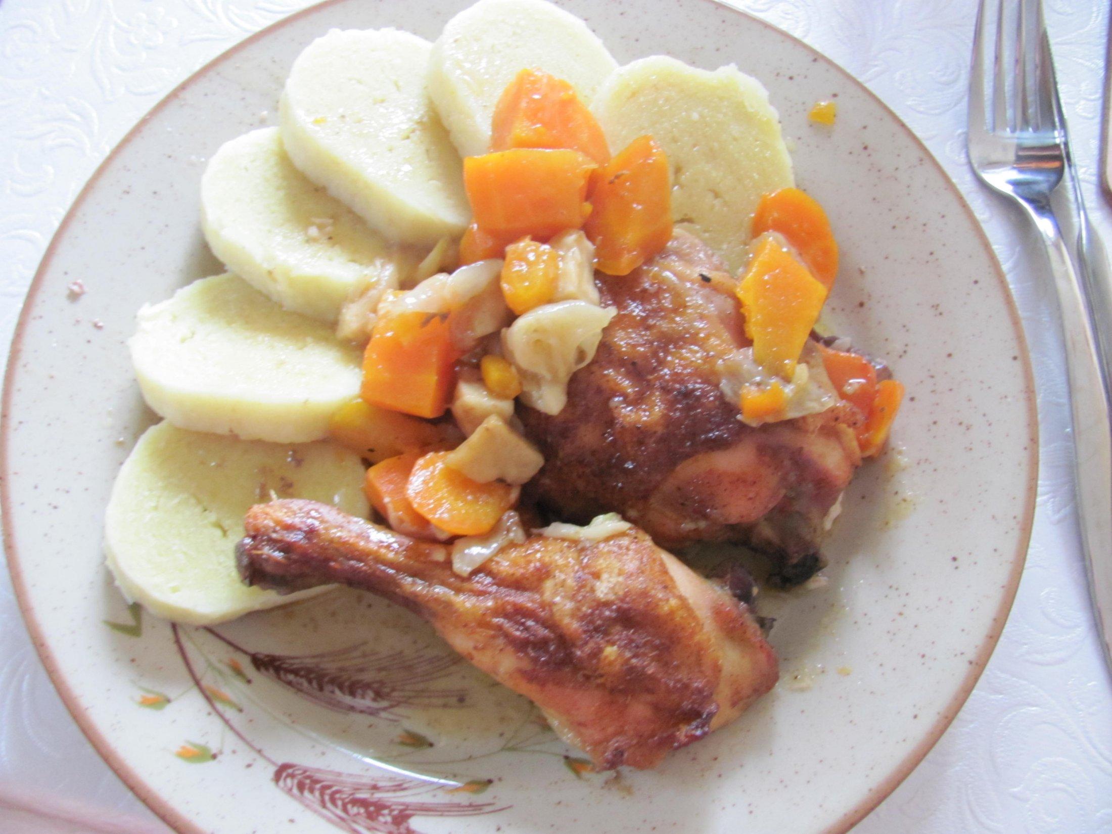 Recept Kuřecí stehna pečená na zelenině - Kuře na zelenině s bramborovým knedlíkem.