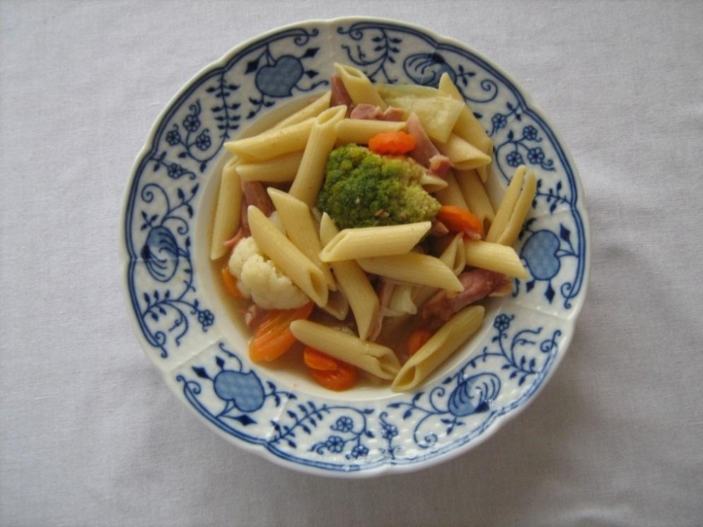 Recept Uzená kuřecí stehna s těstovinami - Hotové jídlo servírujeme.
