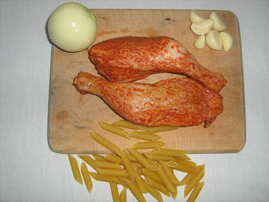 Fotografie receptu: Uzená kuřecí stehna s těstovinami