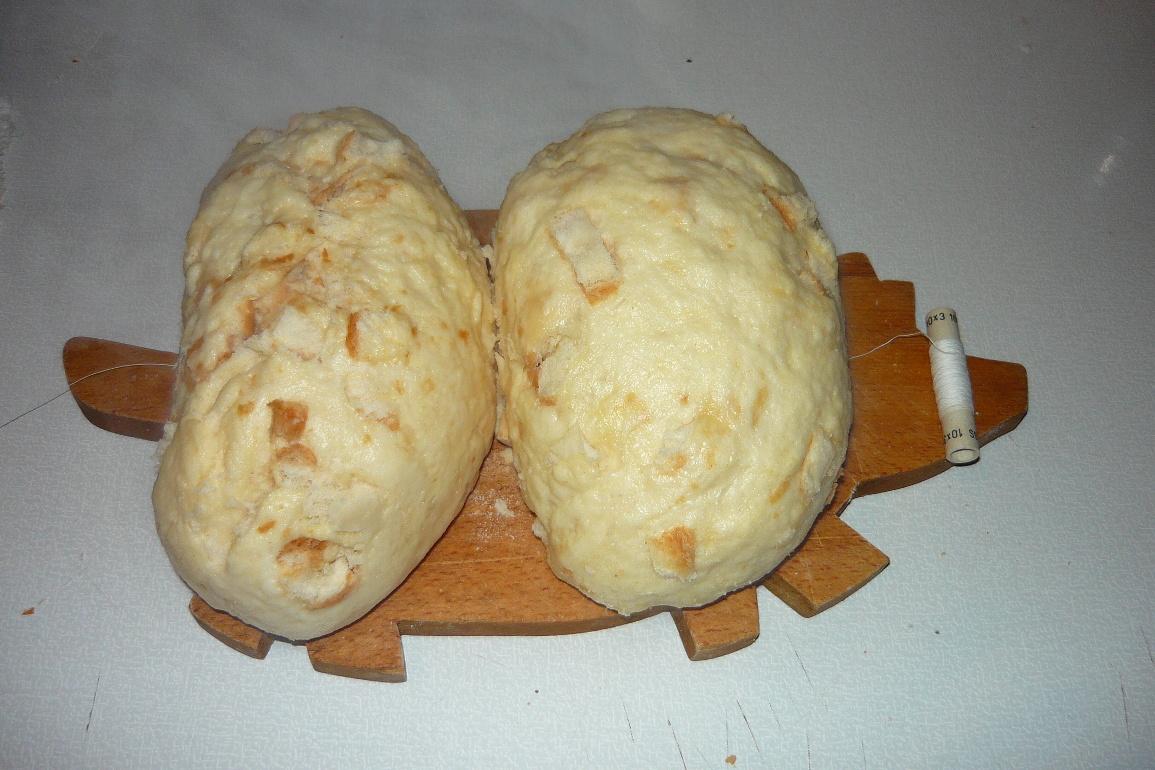 Recept Houskový knedlík naší babičky - Knedlíky položíme na nit.
