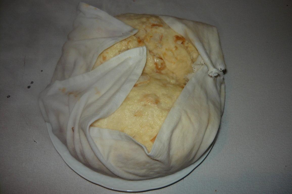 Recept Houskový knedlík naší babičky - Knedlíky z hrnce vyjmeme i s utěrkou.