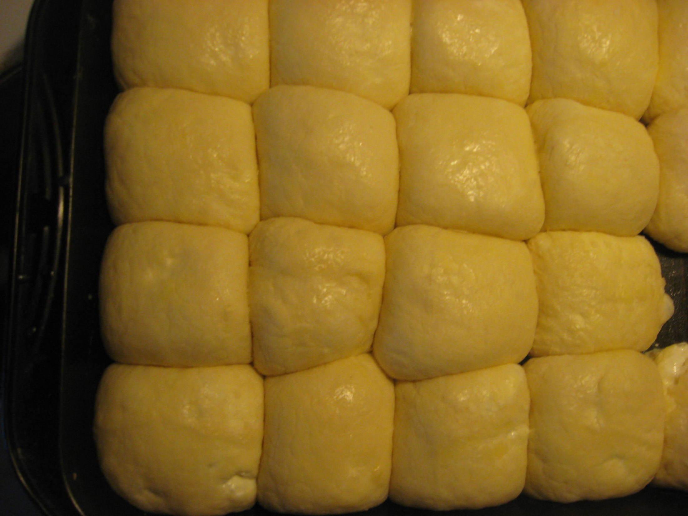 Recept Tradiční české buchty - Vykynuté buchty před pečením.