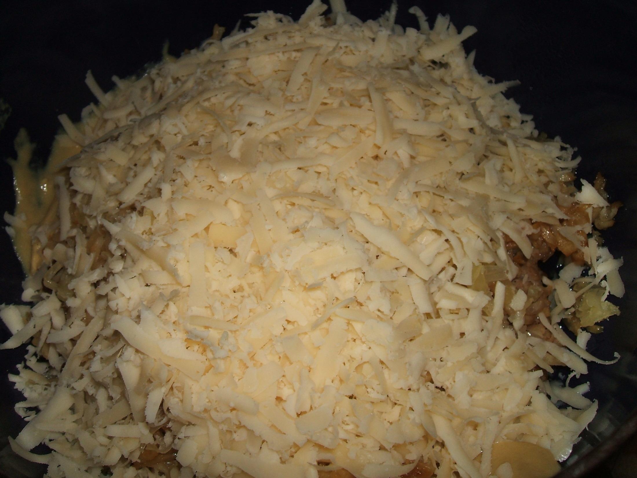 Recept Vepřové maso s celerem a sýrem - Plátky vepřového masa s celerem se ještě později posypou tvrdým sýrem.