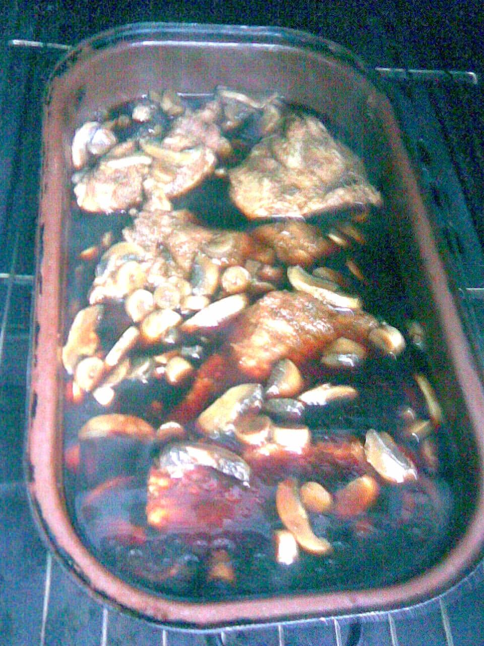 Recept Kýta pečená na žampionech - Ještě chvíli a bude to upečené.