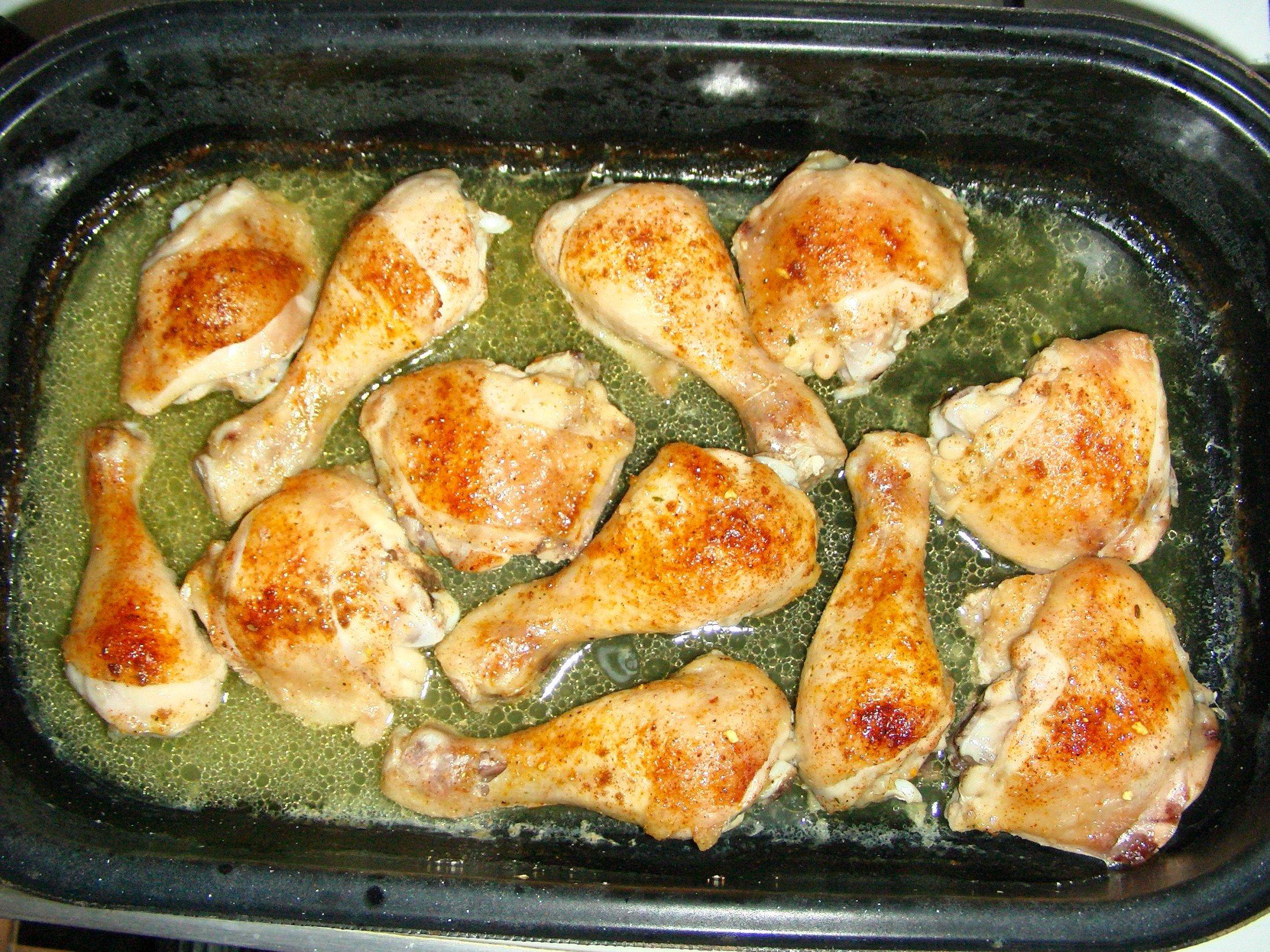 Recept Pečená kuřecí stehna s nádivkou okolo - Kuřecí stehna máme již mírně rozpečené a můžeme přidávat nádivku.