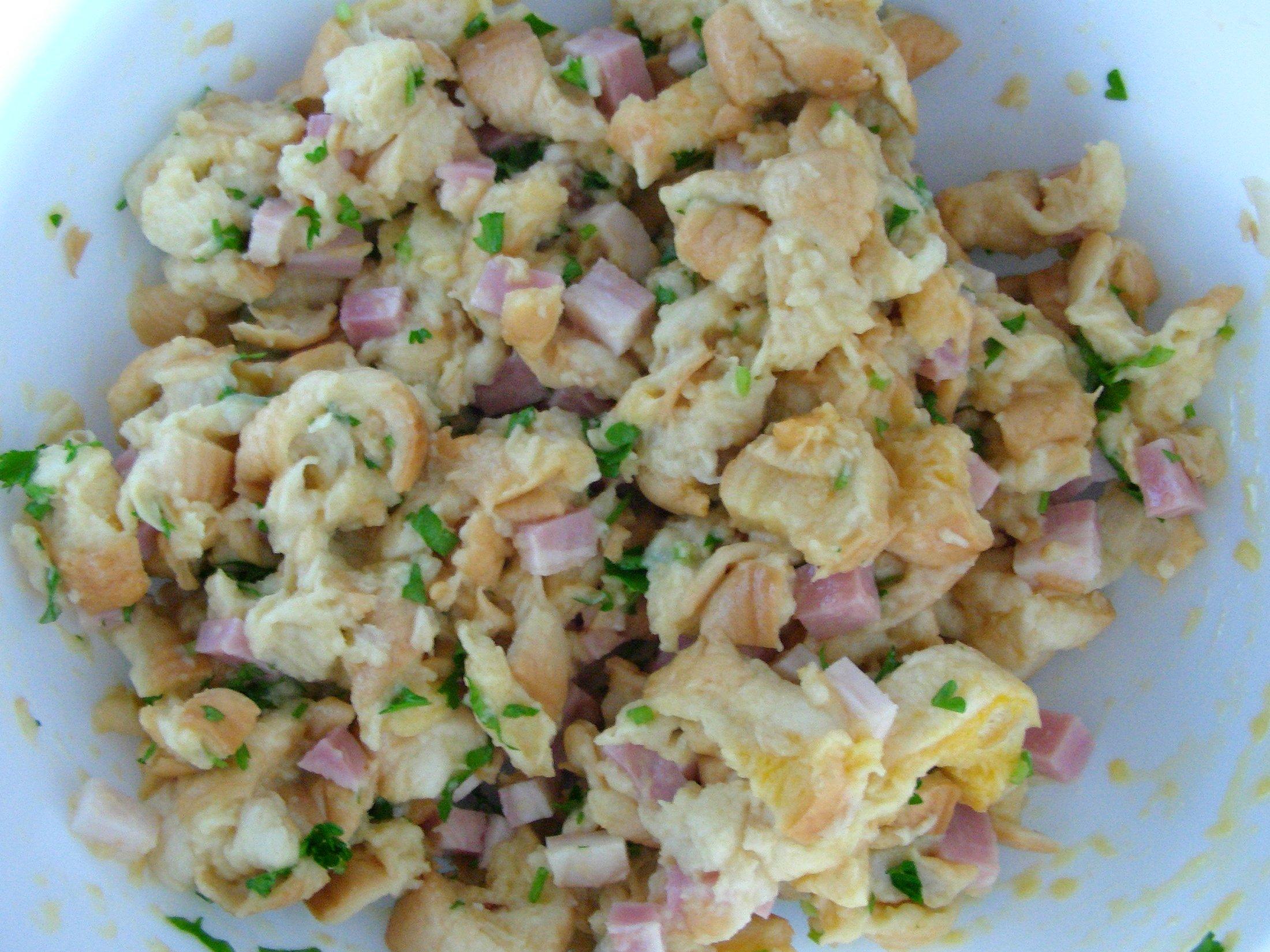 Recept Pečená kuřecí stehna s nádivkou okolo - Směs rohlíků, mléka, žloutků, anglické slaniny a petrželové natě.