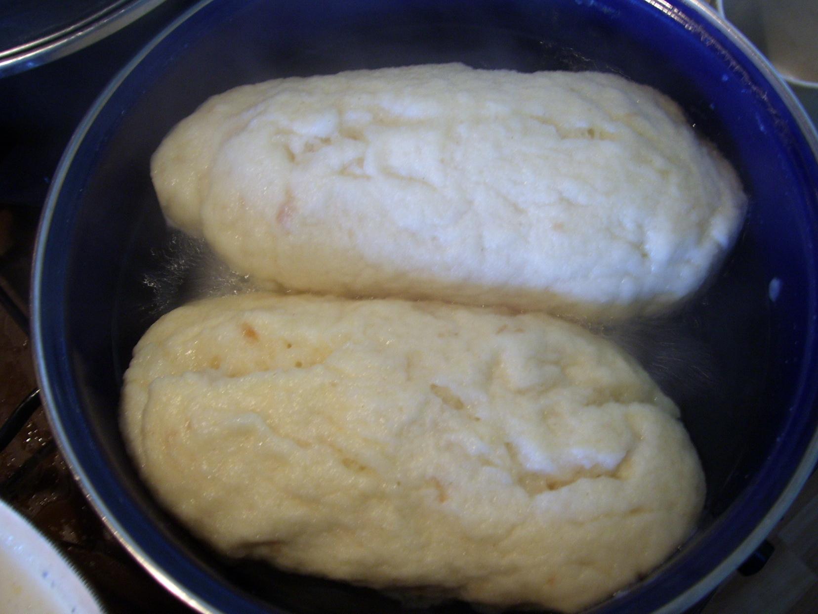 Recept Hrníčkové houskové knedlíky - Knedlíky po 10-ti minutách otáčíme.