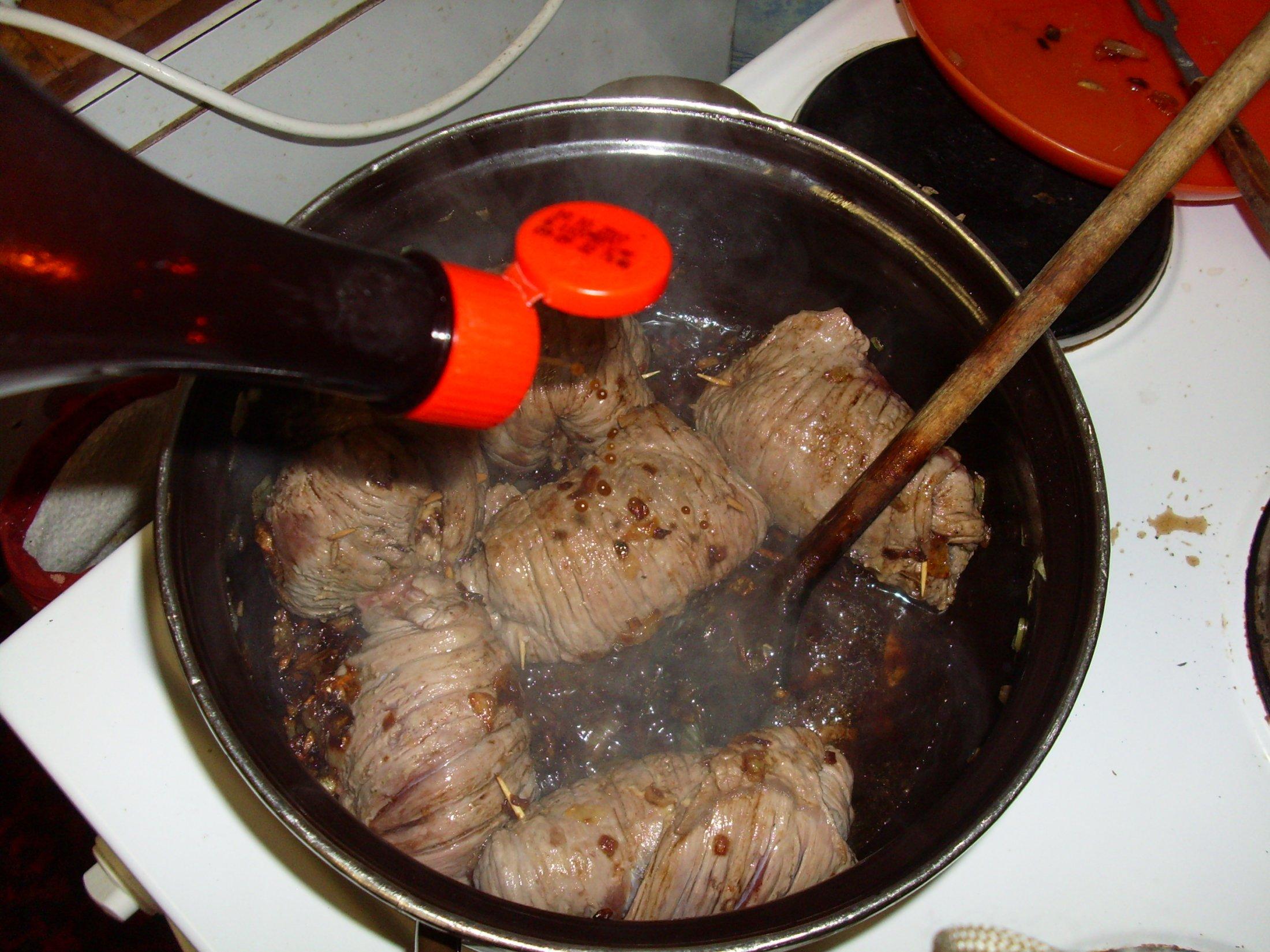 Recept Španělské závitky podle Míry - orestujem po obou stranách a přidáme worcesterskou omáčku