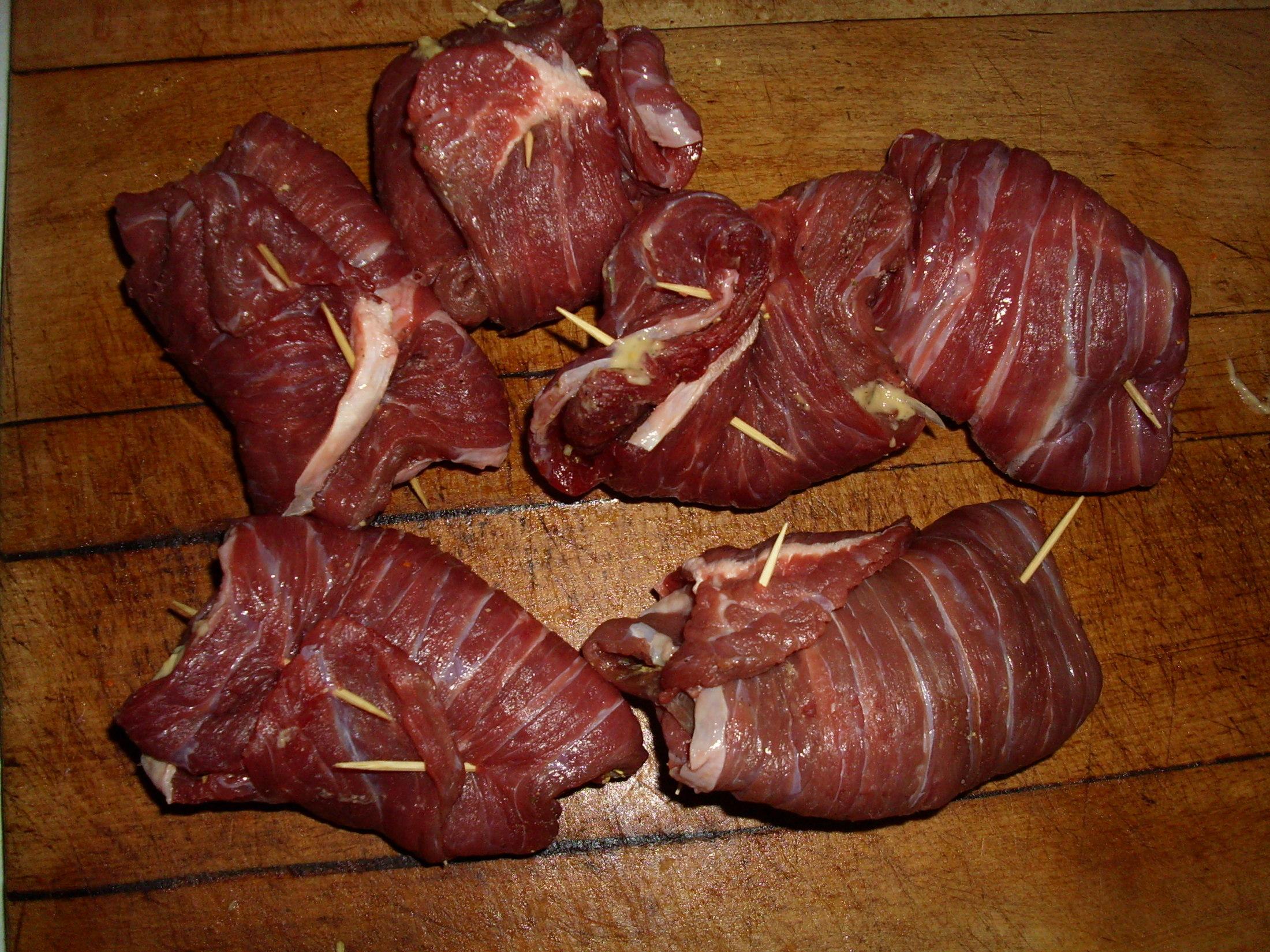 Recept Španělské závitky podle Míry - závitky svineme a sepneme párátkem...