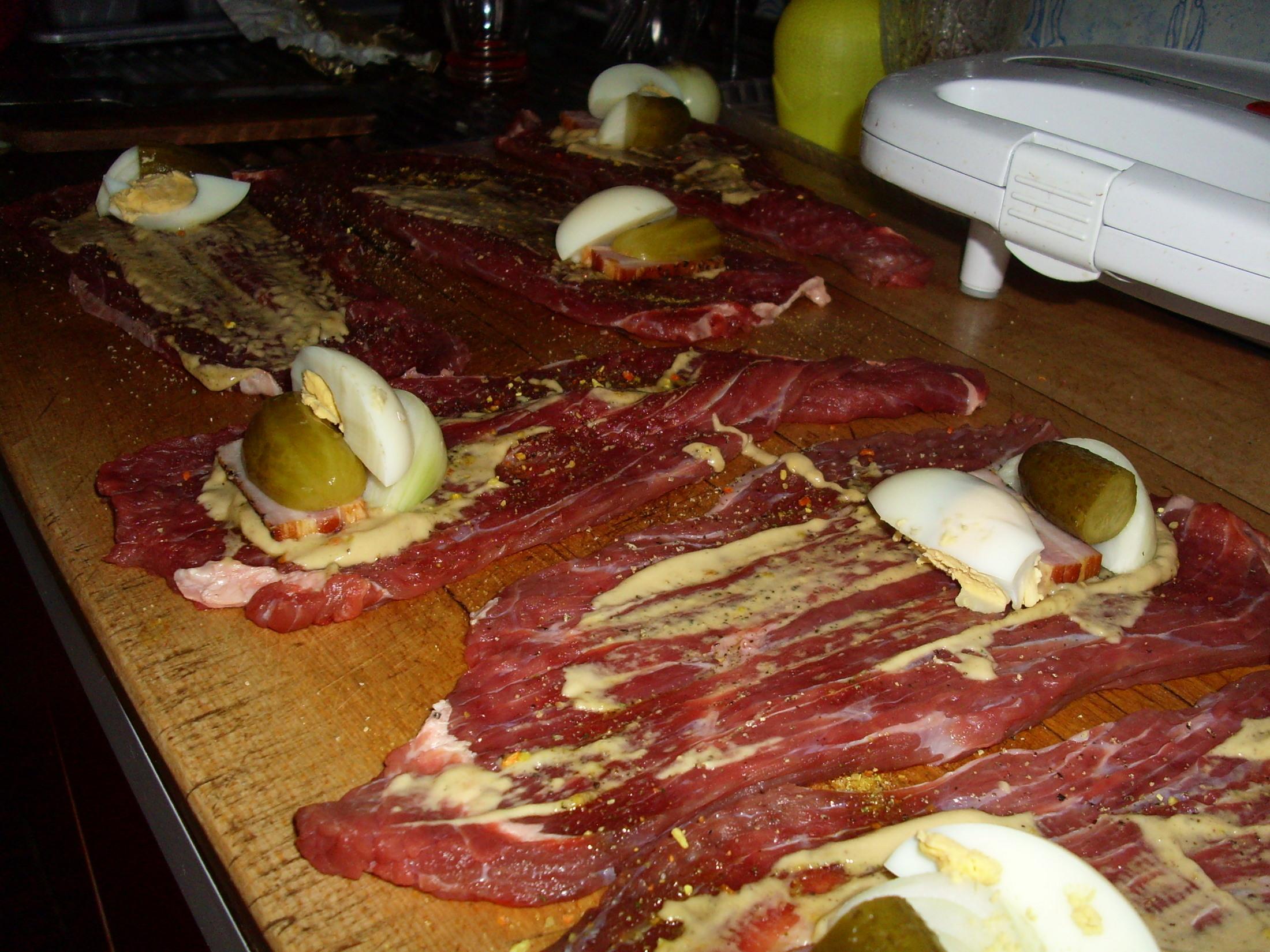 Recept Španělské závitky podle Míry - naklepané plátky  potřeme hořčici a poklademe vejcem, slaninou, okurkou..