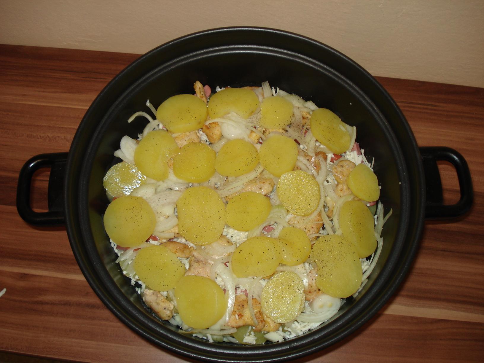 Recept Zapečené kuřecí maso s nivou a smetanou - Prokládání bramborami.
