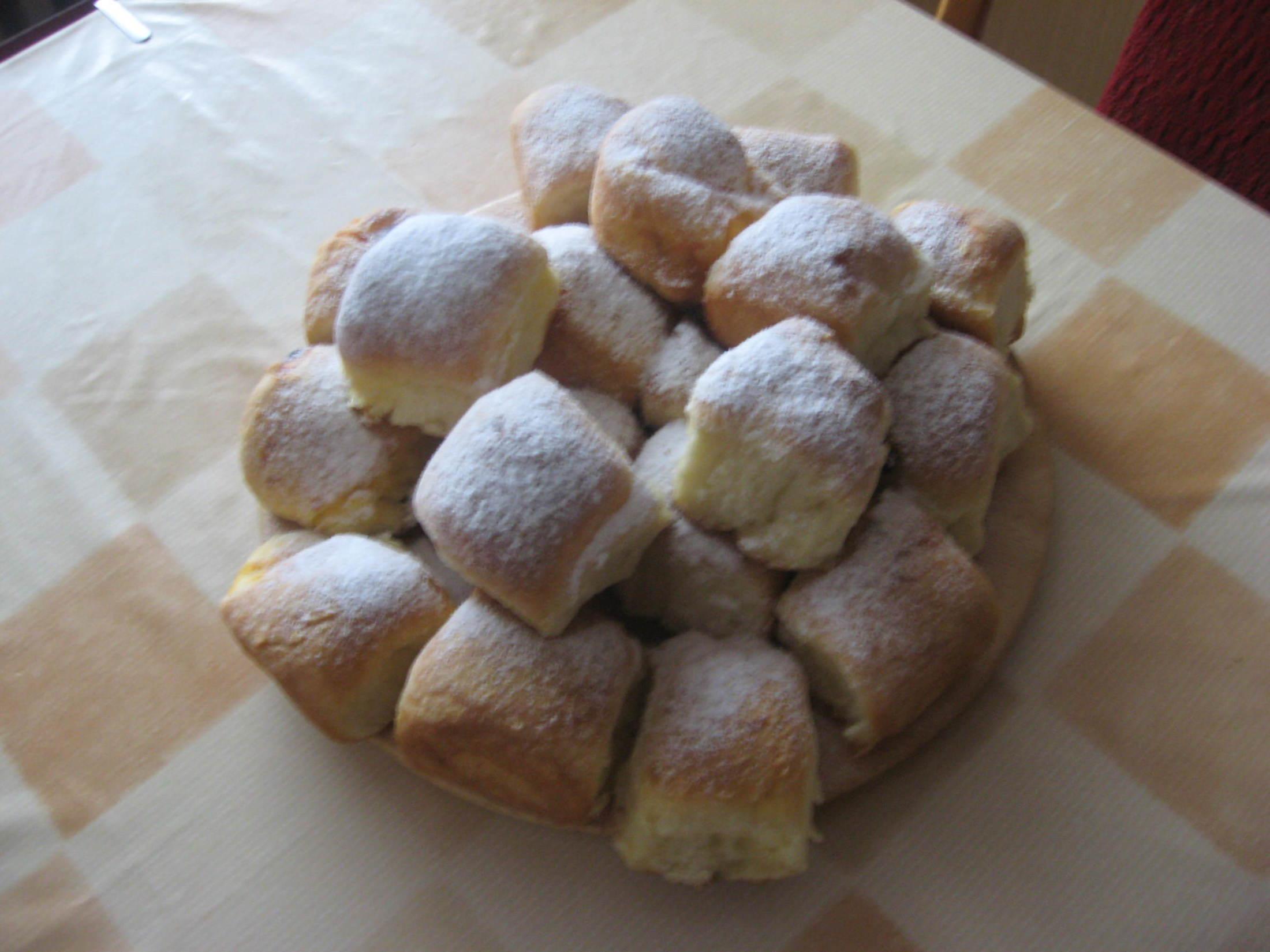 Recept České buchty s povidly - Výtečné domácí buchty,tyto jsou tvarohové i povidlové.