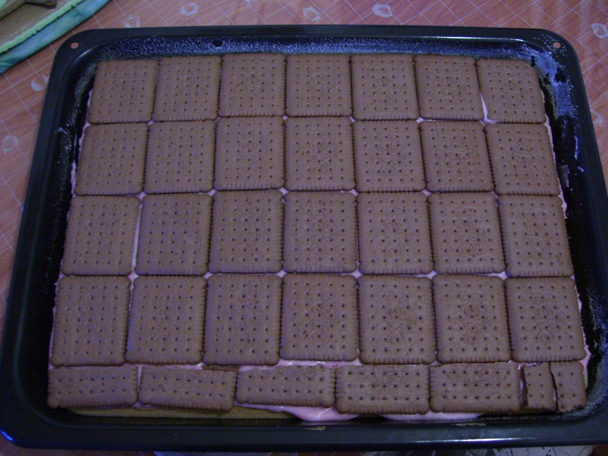 Recept Řezy s Be-Be sušenkami - Jahodový puding jen s hnědými Be-be sušenkami.