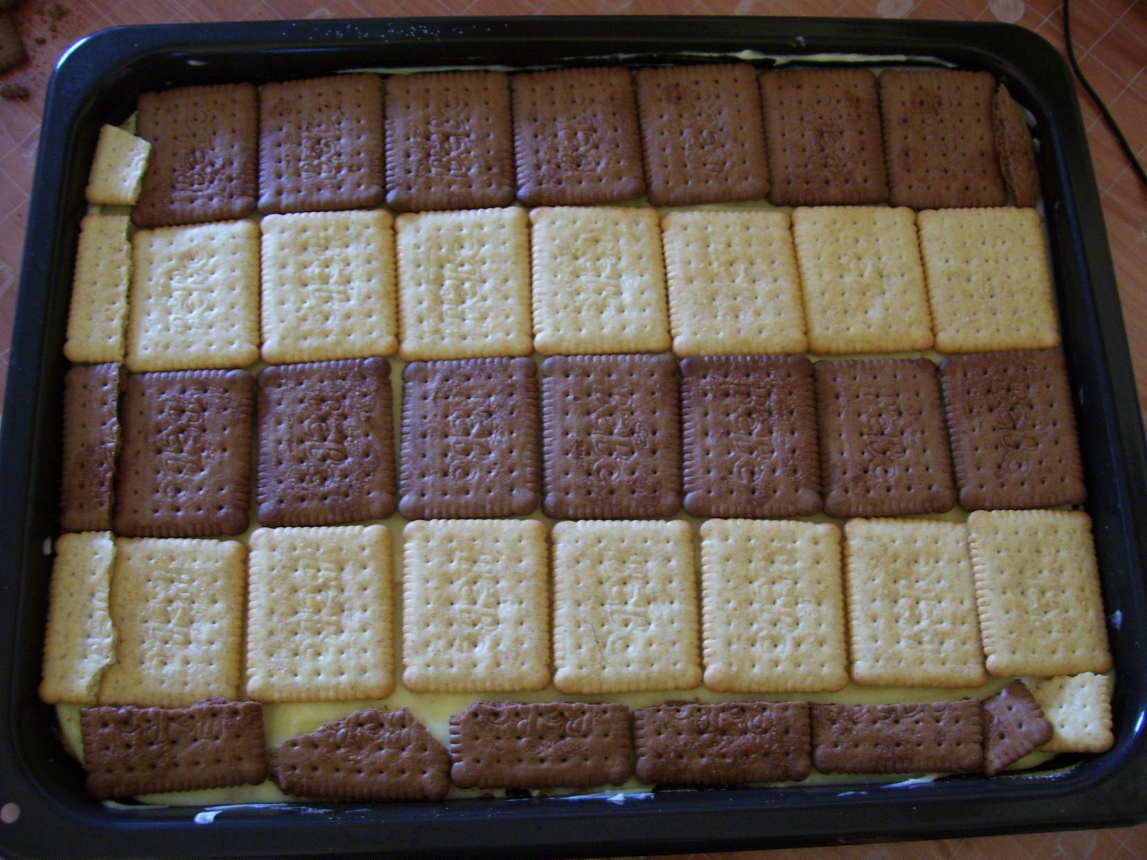Recept Řezy s Be-Be sušenkami - Puding pokrytý sušenkami.