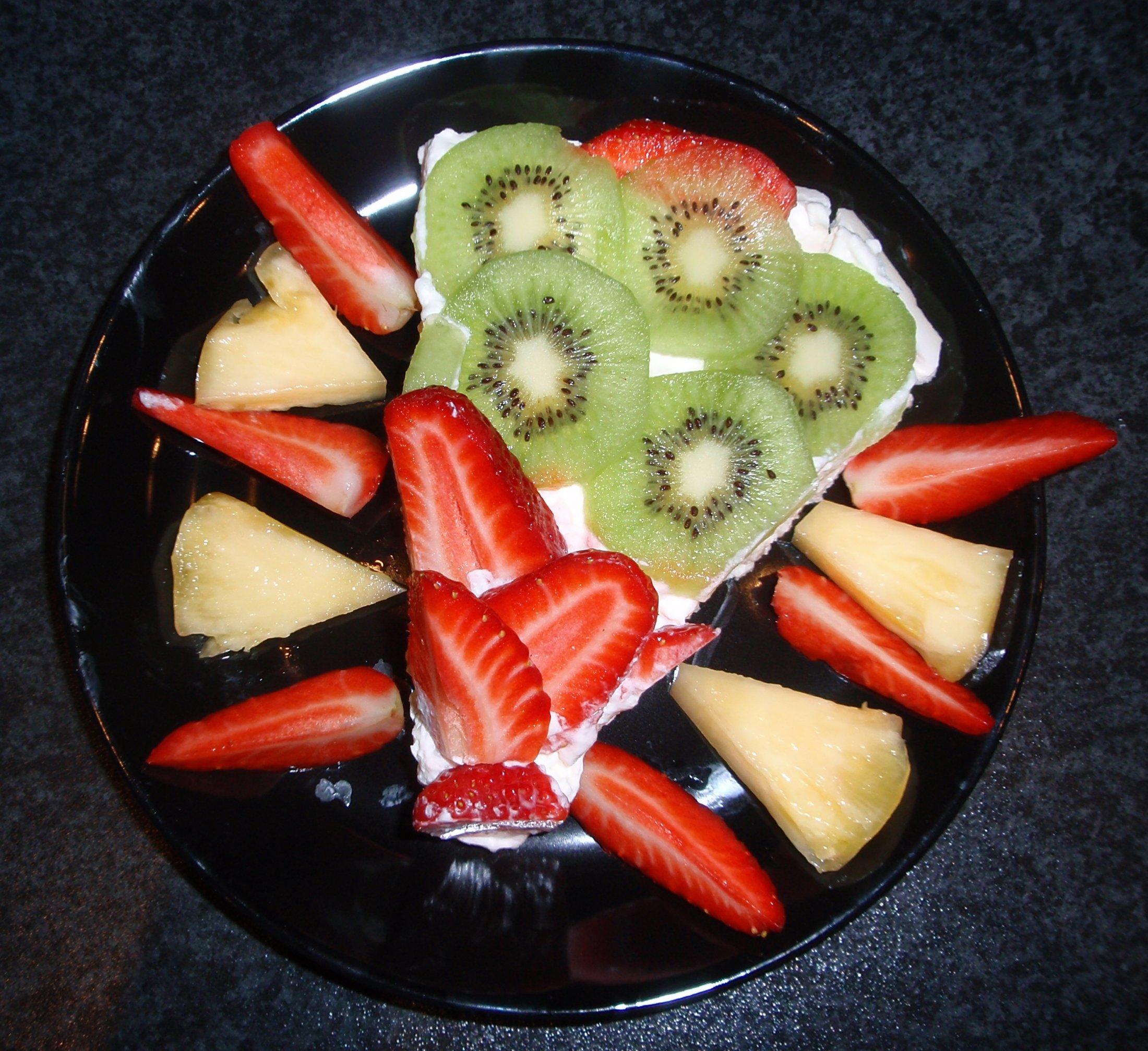 Recept Australský dort Pavlova - Zbytkem ovoce můžete ozdobit i talíř.