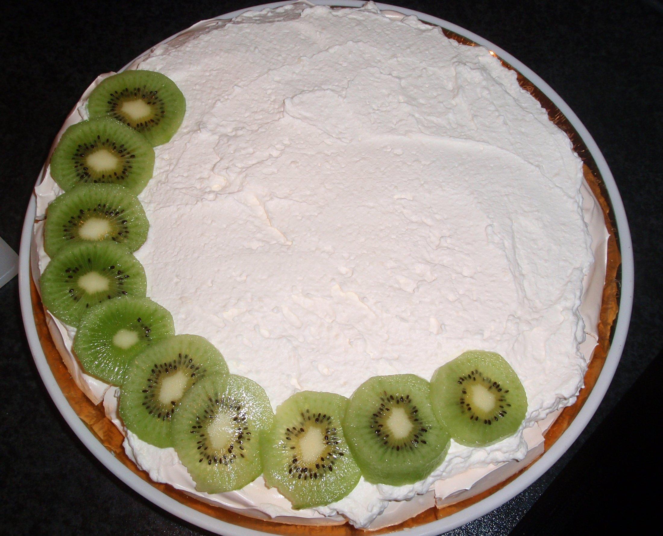 Recept Australský dort Pavlova - Dort potřený šlehačkou, začínáme zdobit.