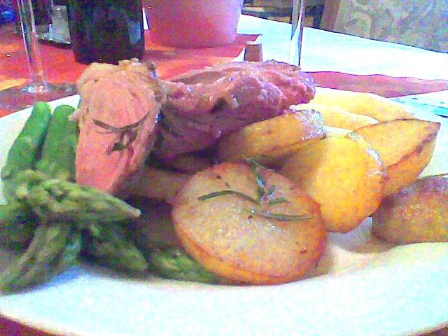 Recept Jehněčí kýta pomalu pečená - Vzhledem k sezóně servíruji maso s dvojím chřestem.